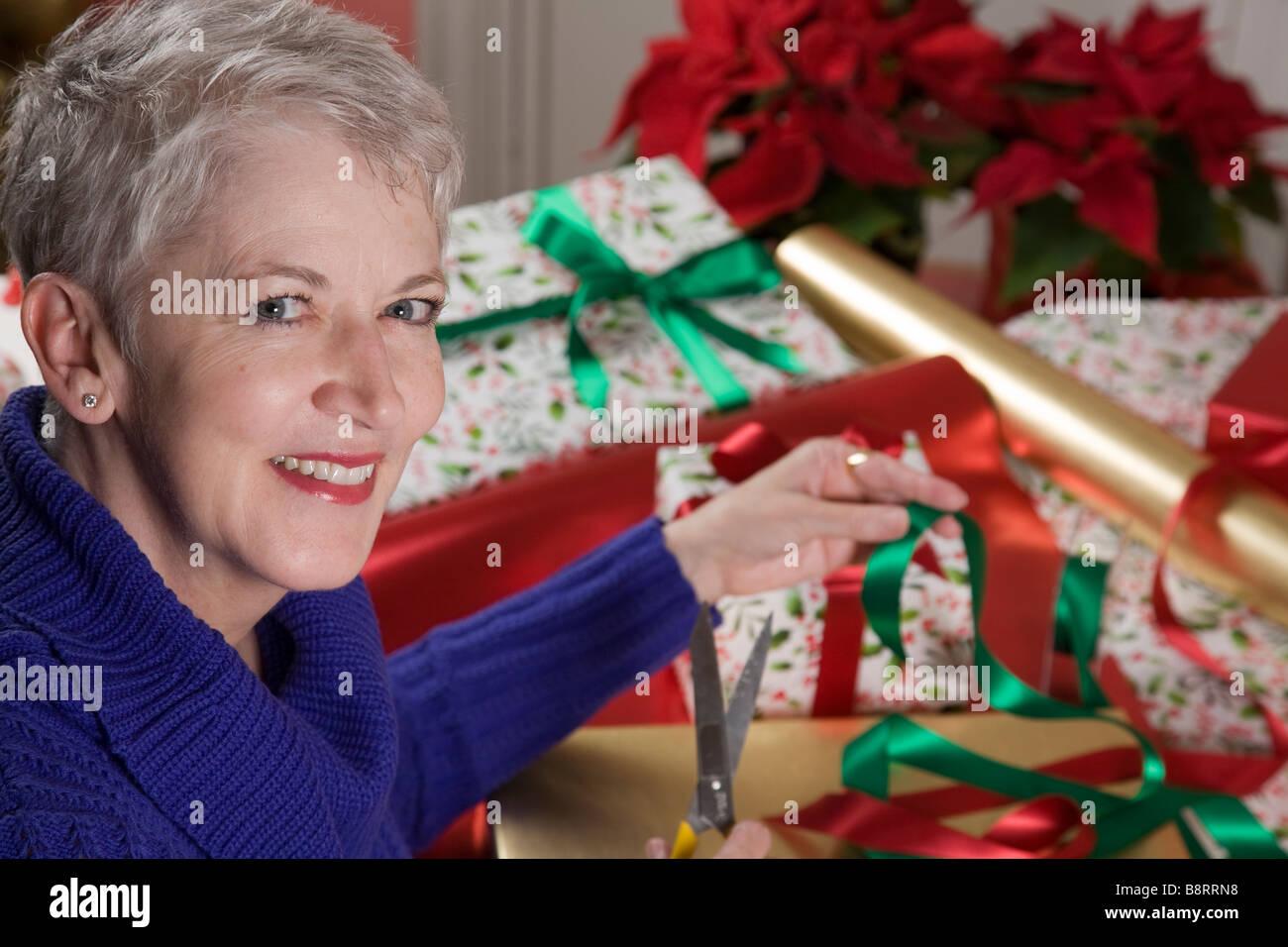 Reife Frau Geschenke Verpacken Stockfoto, Bild: 22651140 - Alamy