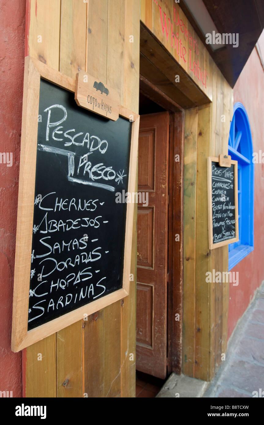 Typische Tapas Menü Board außerhalb Kanarische Restauarant in Teneriffa-Kanarische Inseln-Spanien Stockbild