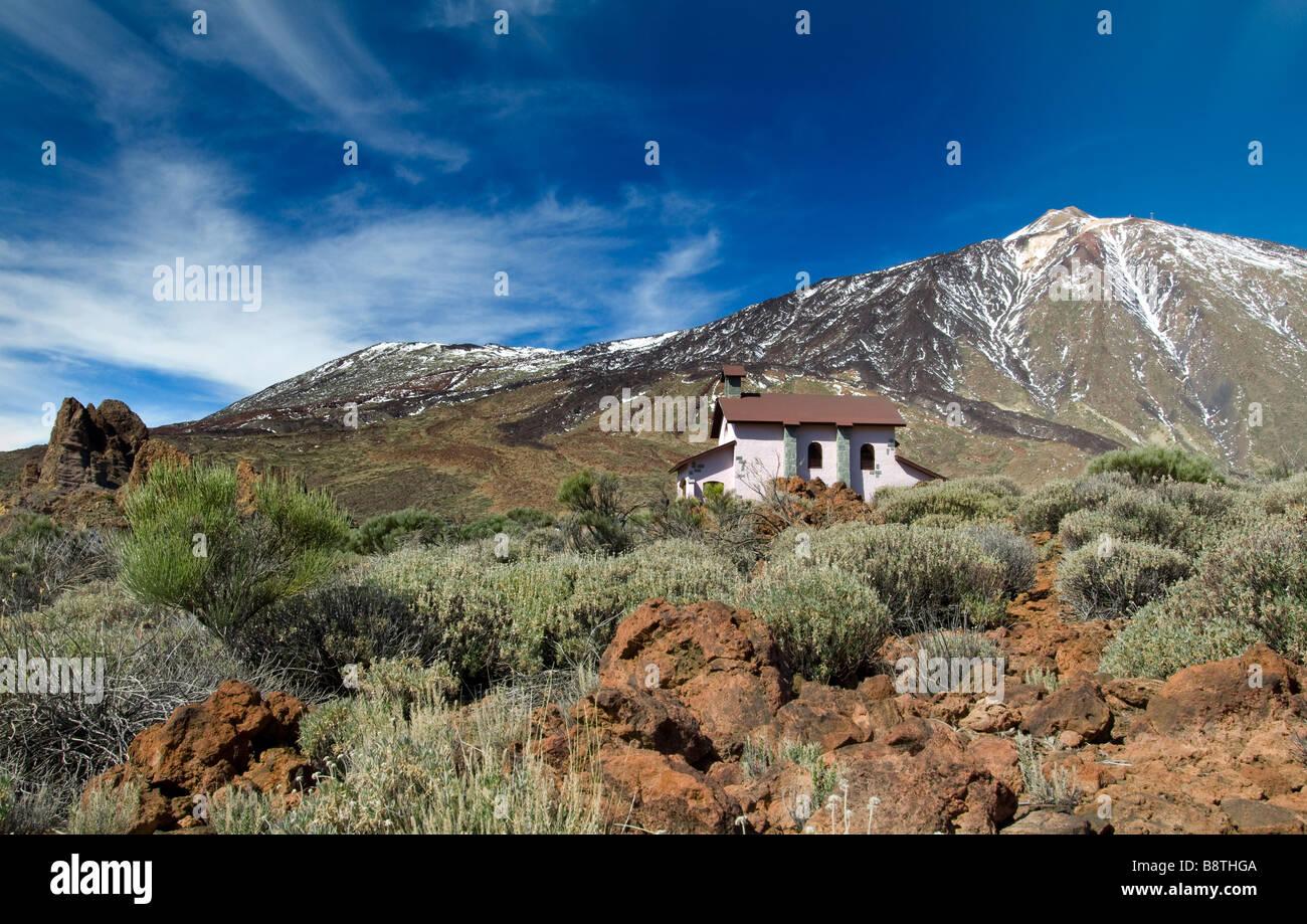 Einsiedelei Ermita de Las Nieves mit Schnee bedeckt den Teide hinter Teide Nationalpark Teneriffa Kanaren Spanien Stockbild