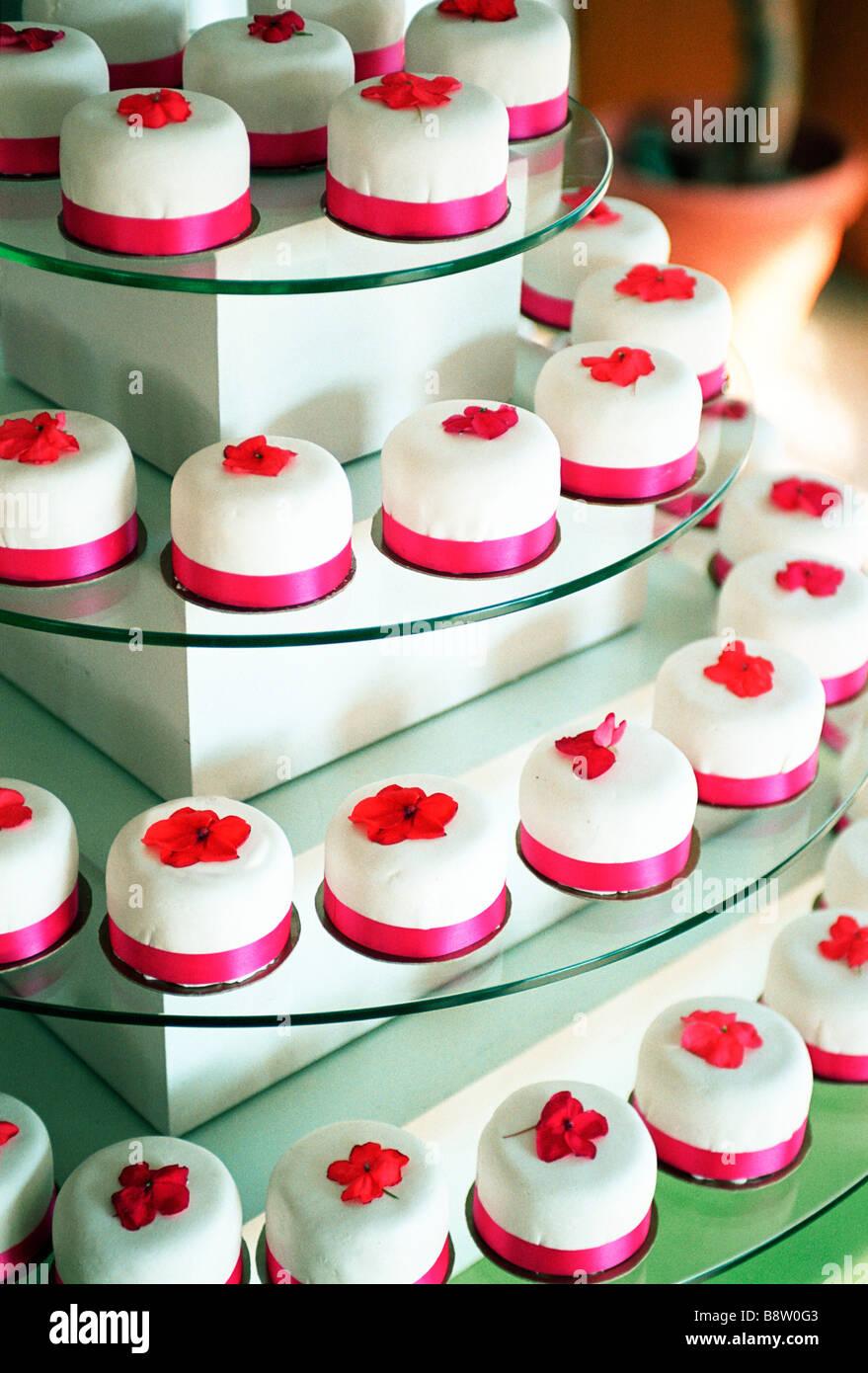 Bunte Cupcakes auf einem mehrstufigen Teller Stockfoto