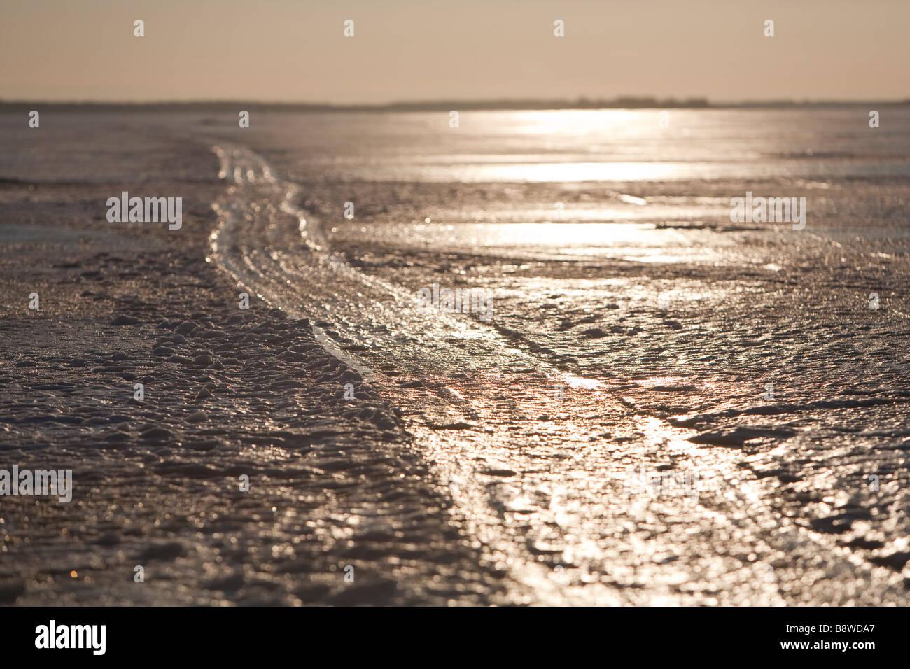 Gefrorene Motorschlitten Spur auf dem Meereis, Finnland Stockbild