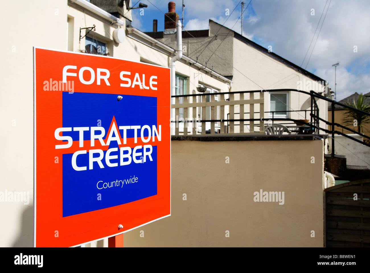 eine für Verkauf Zeichen außerhalb einer Immobilie Stockfoto