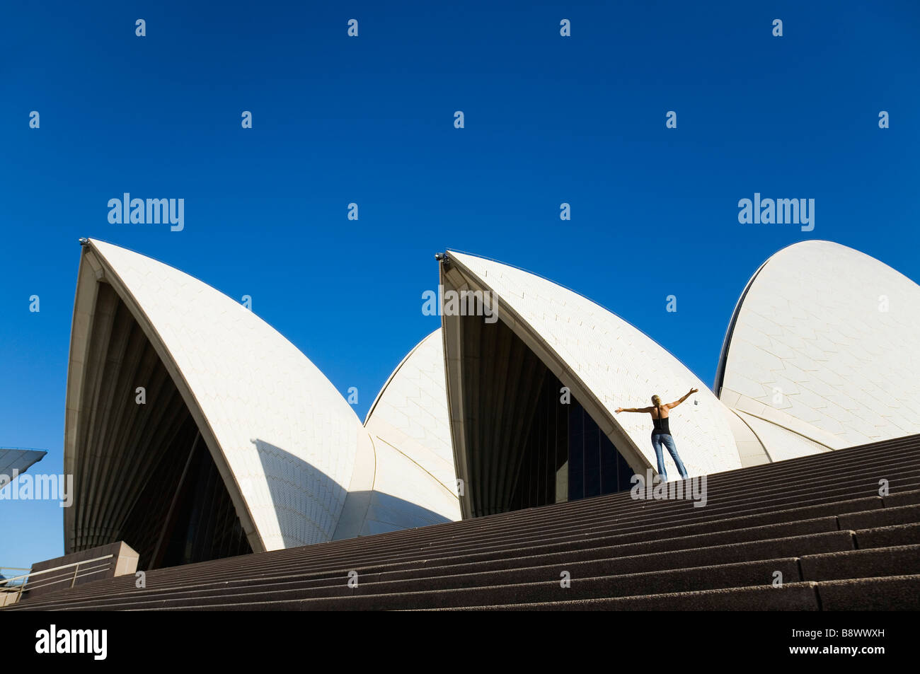 Ein Tourist auf den Stufen des Sydney Opera House.  Sydney, New South Wales, Australien Stockbild