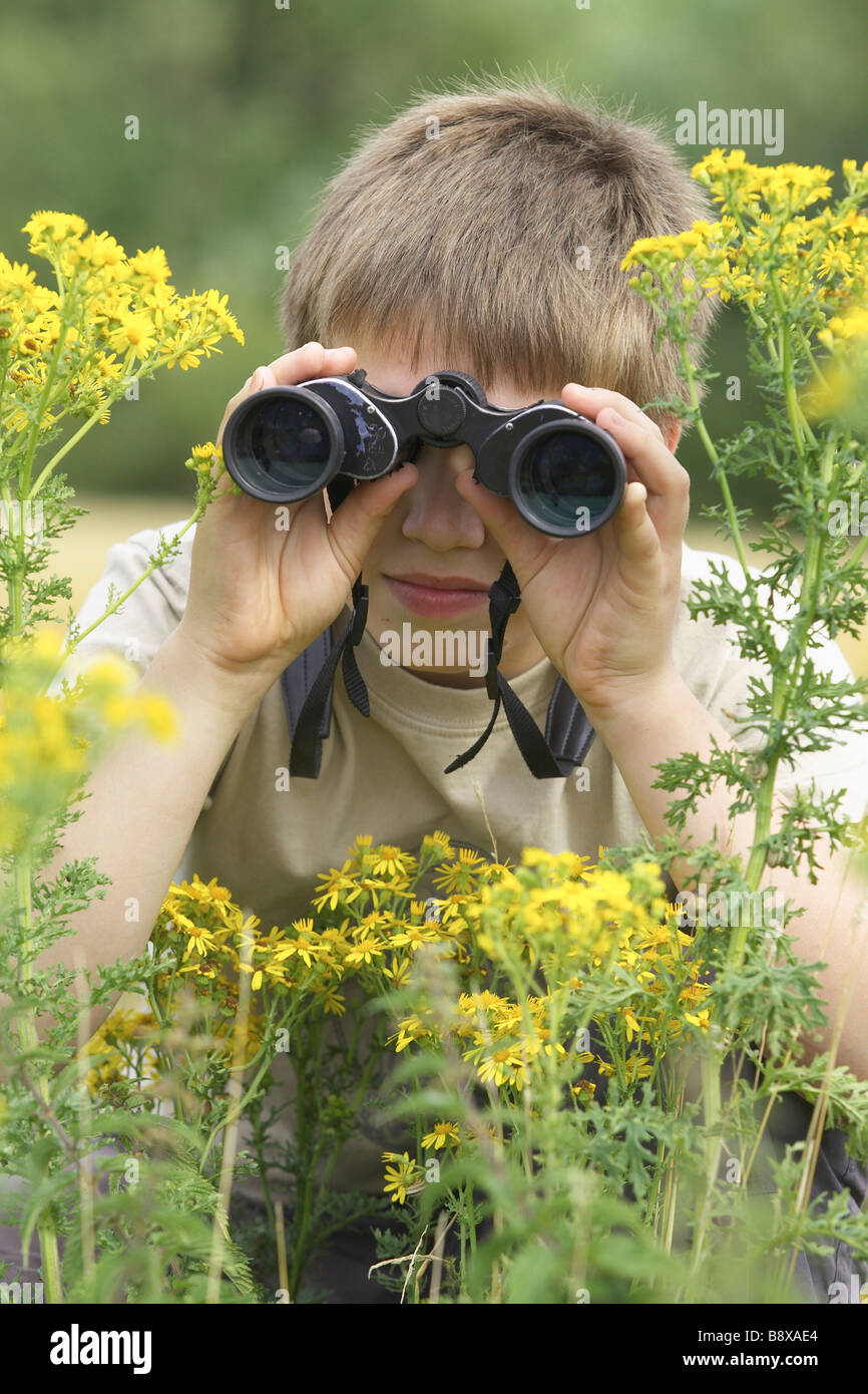 Zehn Jahre alte junge Vögel beobachten mit Fernglas Stockbild