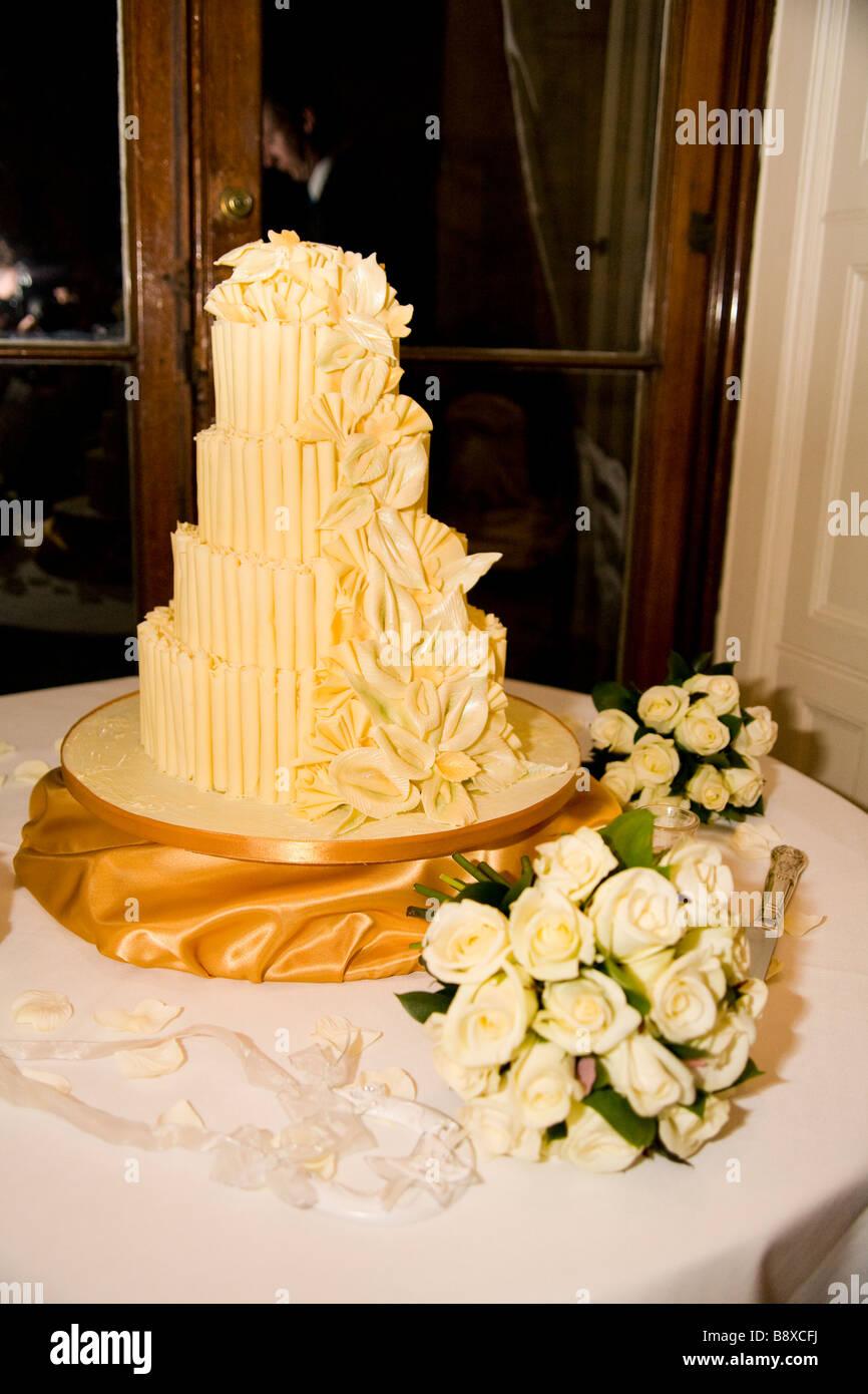 Eine Vier Tier Weisse Schokolade Hochzeitstorte Mit Puderzucker Rosen