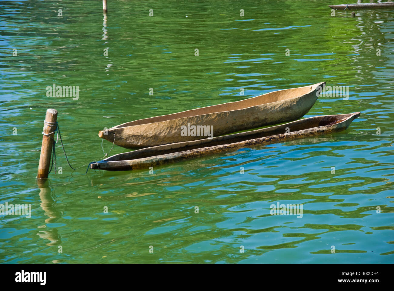 Nachbildung der Steinzeit Kanu Unteruhldingen See Bodensee Baden-Württemberg Deutschland | Nachbau Eines Steinzeit Stockbild