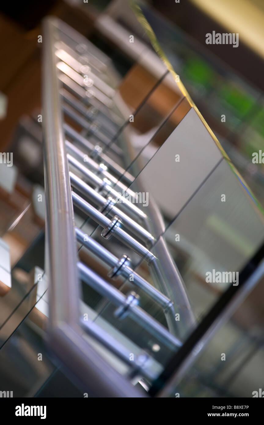 Metall Geländer auf Glas Stockbild