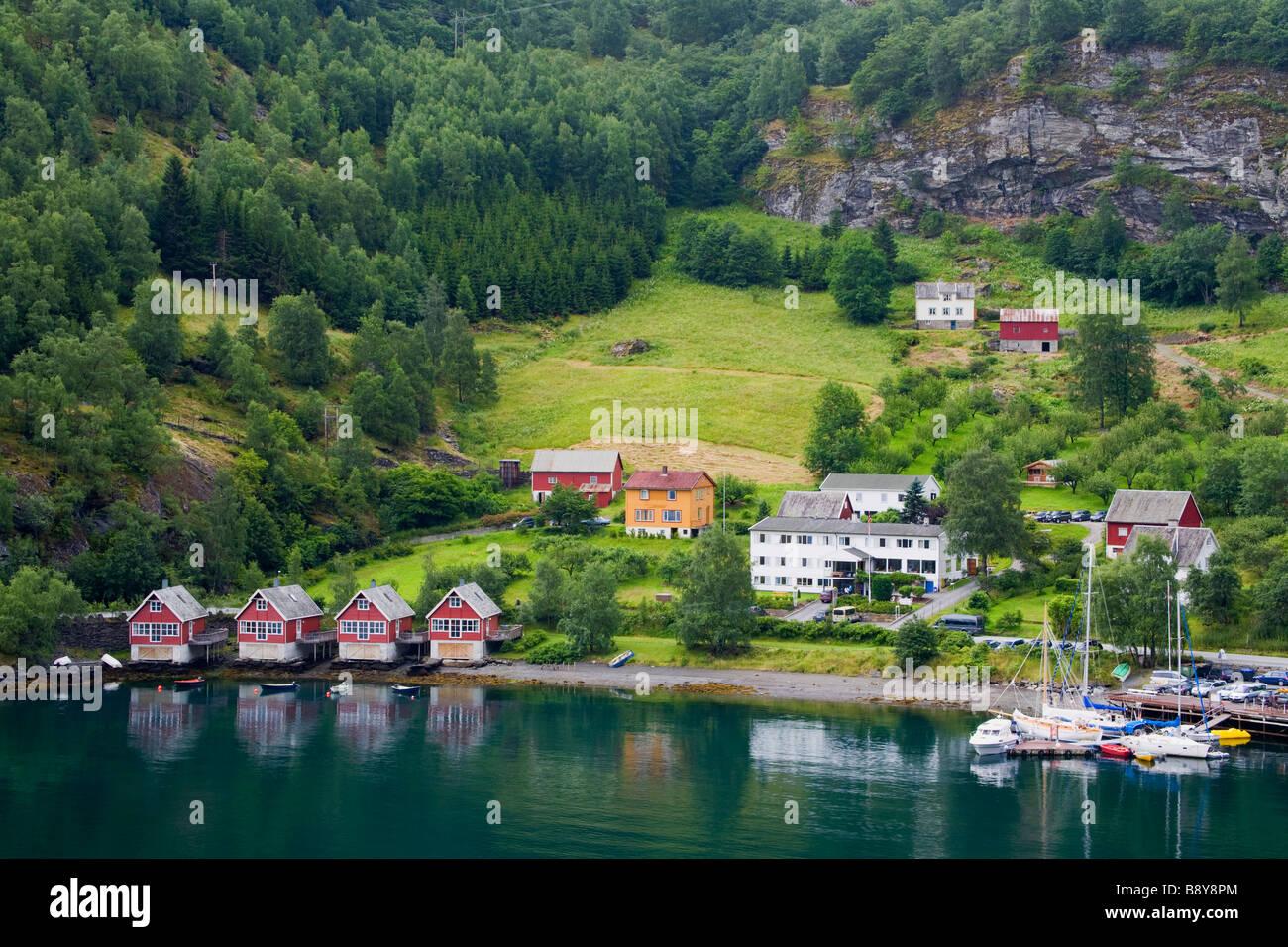 Erhöhte Ansicht eines Dorfes an der Küste, Flam, Aurlandsfjord, Sogn Og Fjordane, Norwegen Stockbild