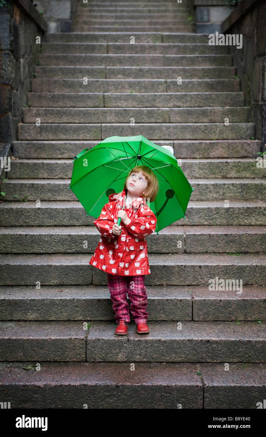 Ein Mädchen mit einem grünen Dach Schweden. Stockbild