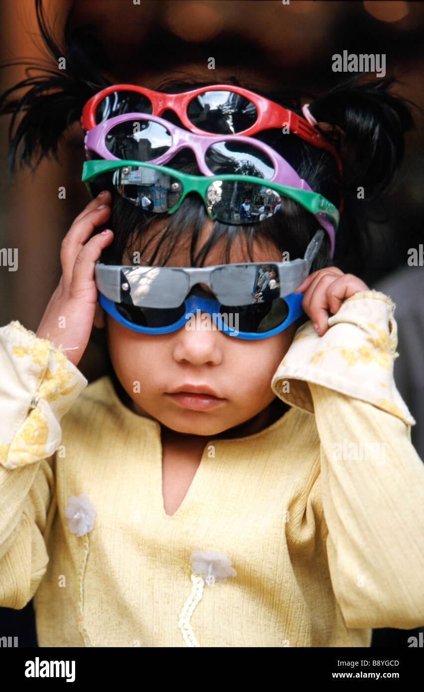 Junge mit vielen Sonnenbrillen, Indien Stockbild