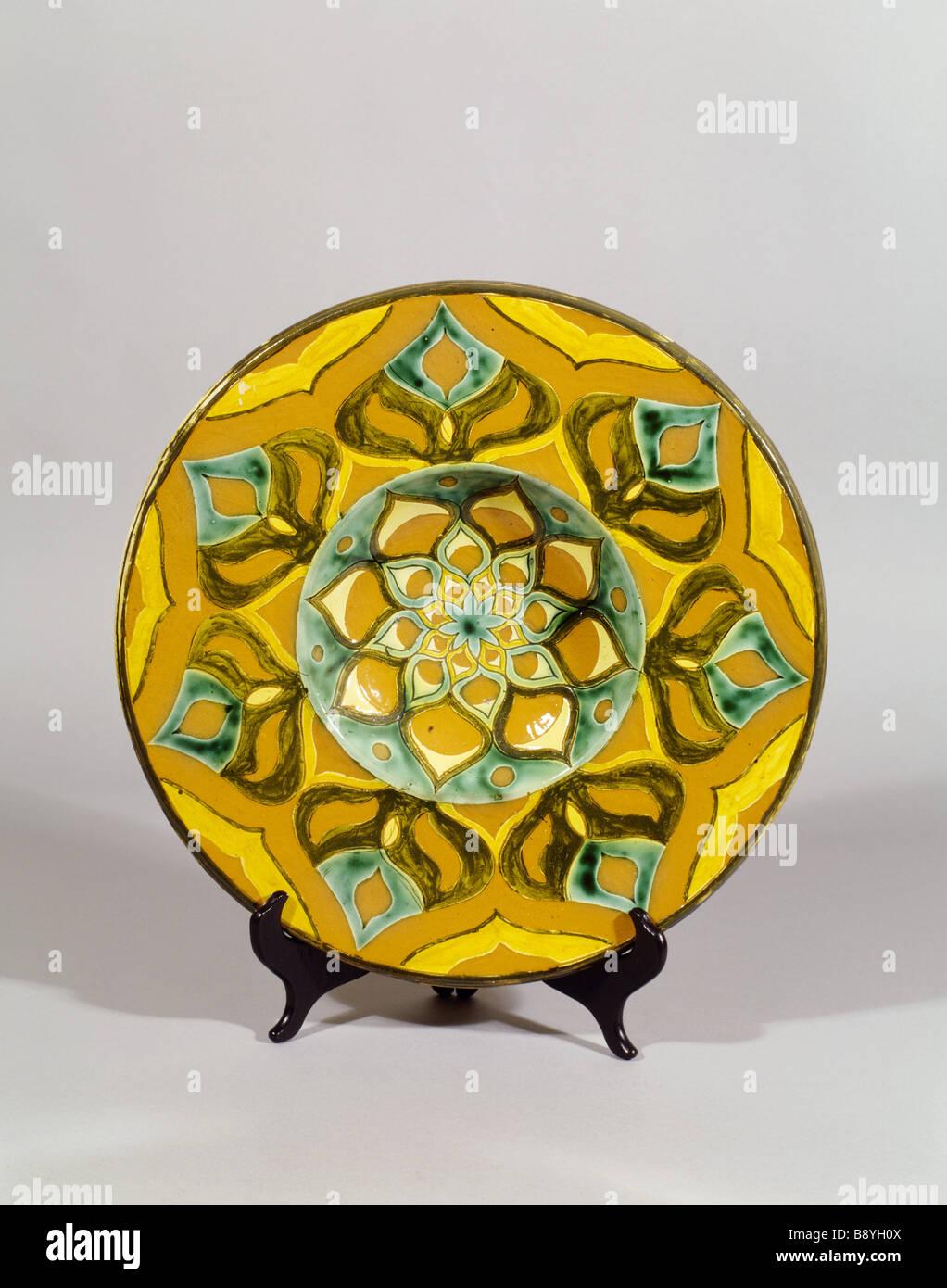 Della Robbia Ladegerät Morgen Gegen Im Zimmer Standen Ein Stück Keramik Mit  Stilisierten Blumen Muster In Gelb Grün Und Braun