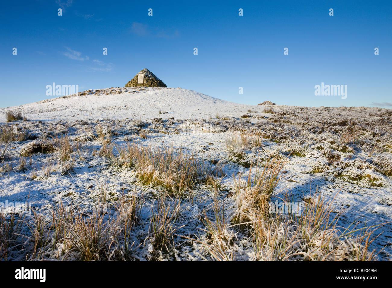 Stein-Cairn im Dunkery Beacon an einem verschneiten Wintermorgen Exmoor Nationalpark Somerset England Stockbild
