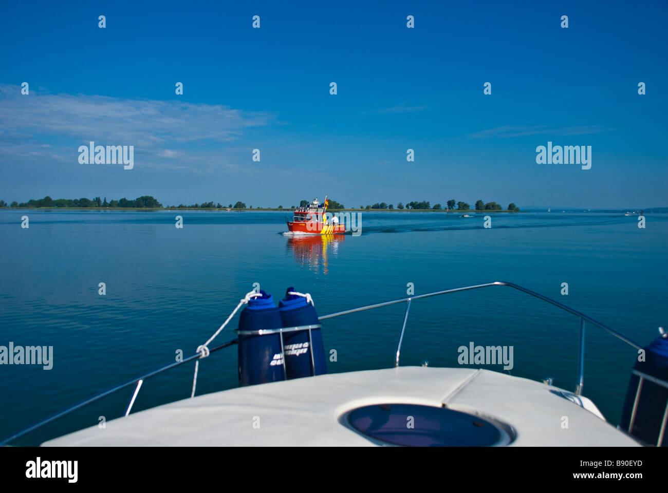Bogen des ein Motorboot auf dem Bodensee mit Blick auf Alp-Panorama-Deutschland | Fehler Einer Motoryacht Auf Dem Stockbild