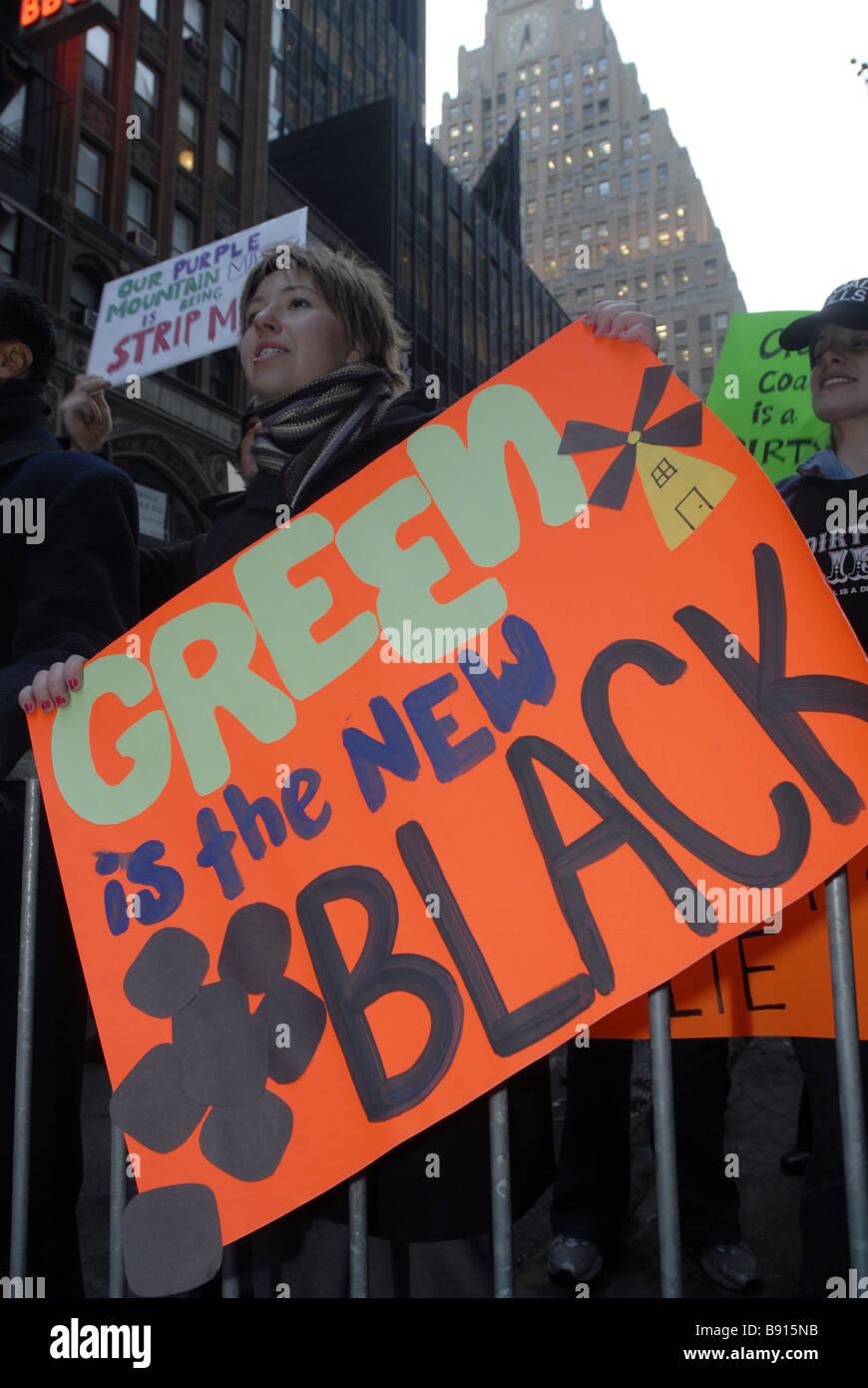 Demonstranten demonstrieren gegen die Nutzung von Kohle als Energiequelle Stockbild