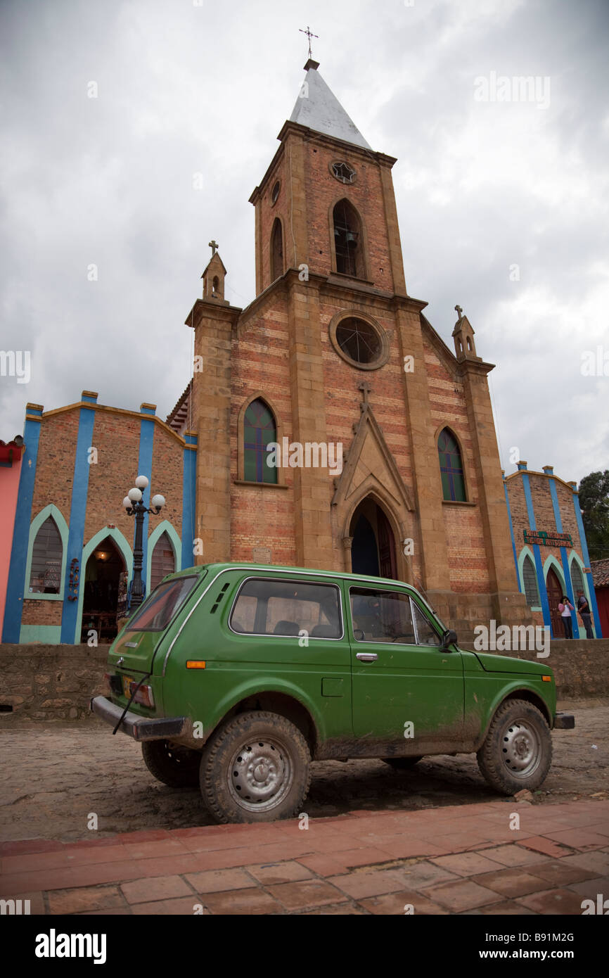 Grünes Auto parkte vor Kirche am Hauptplatz von der kolumbianischen Dorf Raquirá Stockbild