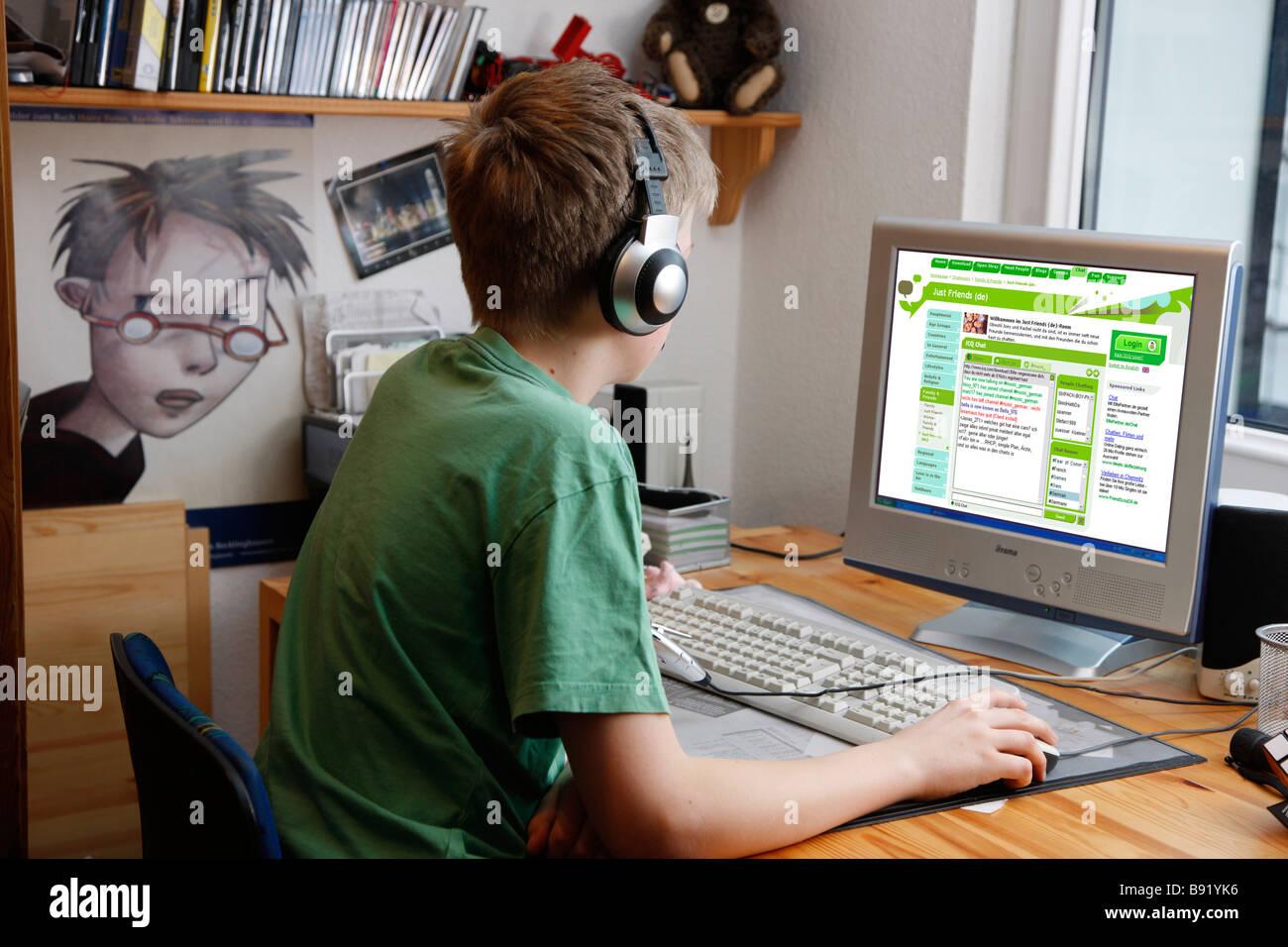 Junge 13 Jahre Alt Surft Mit seit Computer Zuhause Im Internet Auf Einer Chat-Seite Für Jugendliche Stockbild