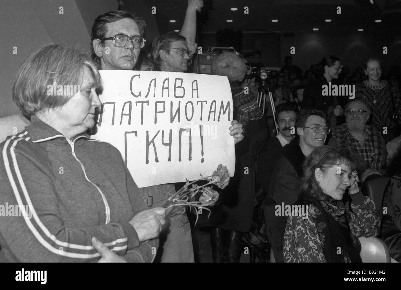 Teilnehmer in eine Poesie Soiree gewidmet Anatoly Lukyanov der ehemalige Vorsitzende des Obersten Sowjet der UdSSR Stockbild