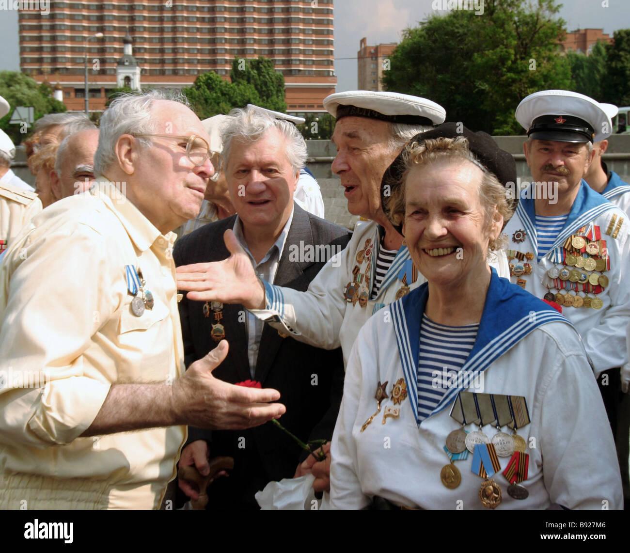 Veteranen der Marine während der Veranstaltungen statt auf dem Krymskaja Damm in Moskau nahe dem Denkmal Peter Stockbild