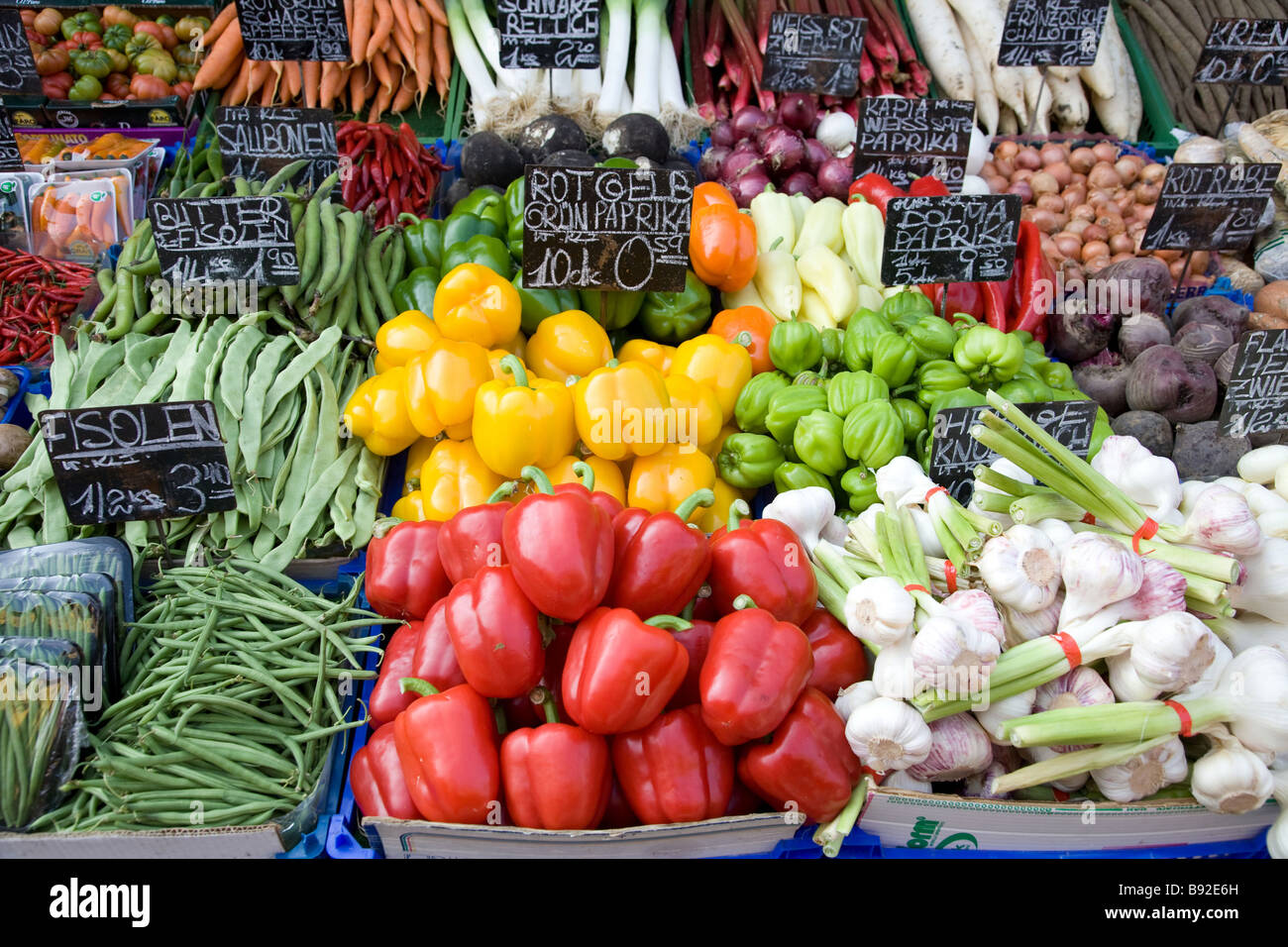 Gemüse auf Stand auf der beliebten Naschmarkt Open-Air-Markt in Wien Österreich angezeigt Stockbild