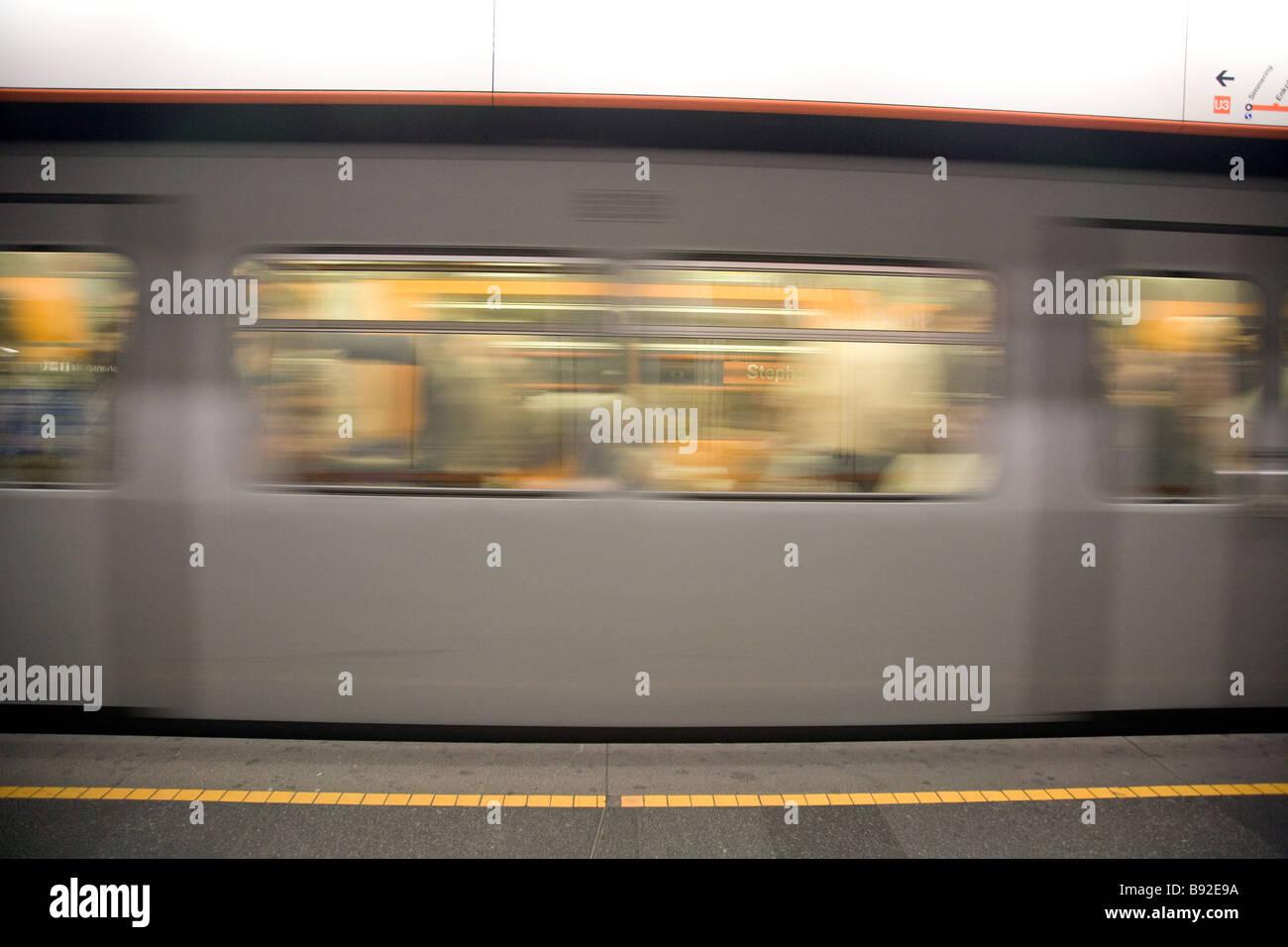 Eine U-Bahnstation trainieren Geschwindigkeiten durch eine u-Bahnstation in Wien Österreich Stockbild