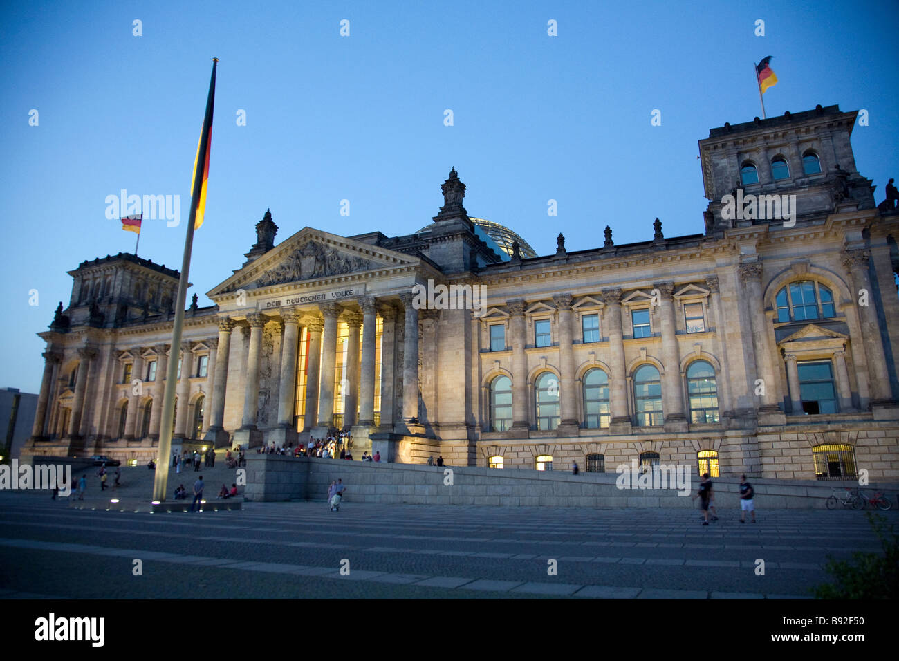 Der Reichstag in der Nacht ist ein beliebtes Ausflugsziel in Berlin Stockbild