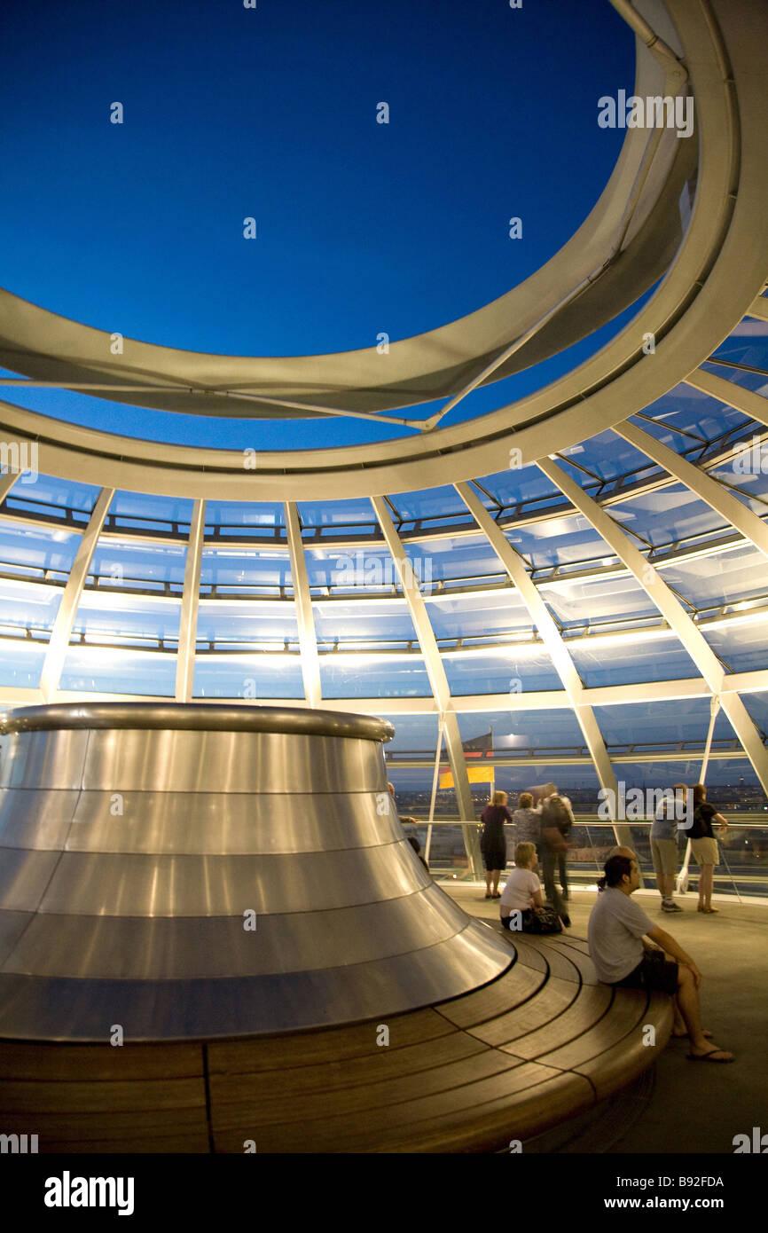 Die Glaskuppel auf dem Reichstag in der Nacht, wo Besucher des Bundestages - das Unterhaus des deutschen Parlaments Stockbild