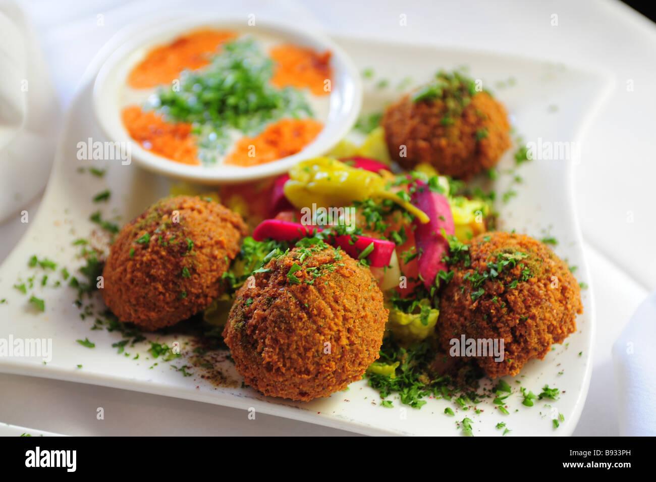 Falafel und Tahini dipping sauce Nahost Nahrungsmittel Stockfoto