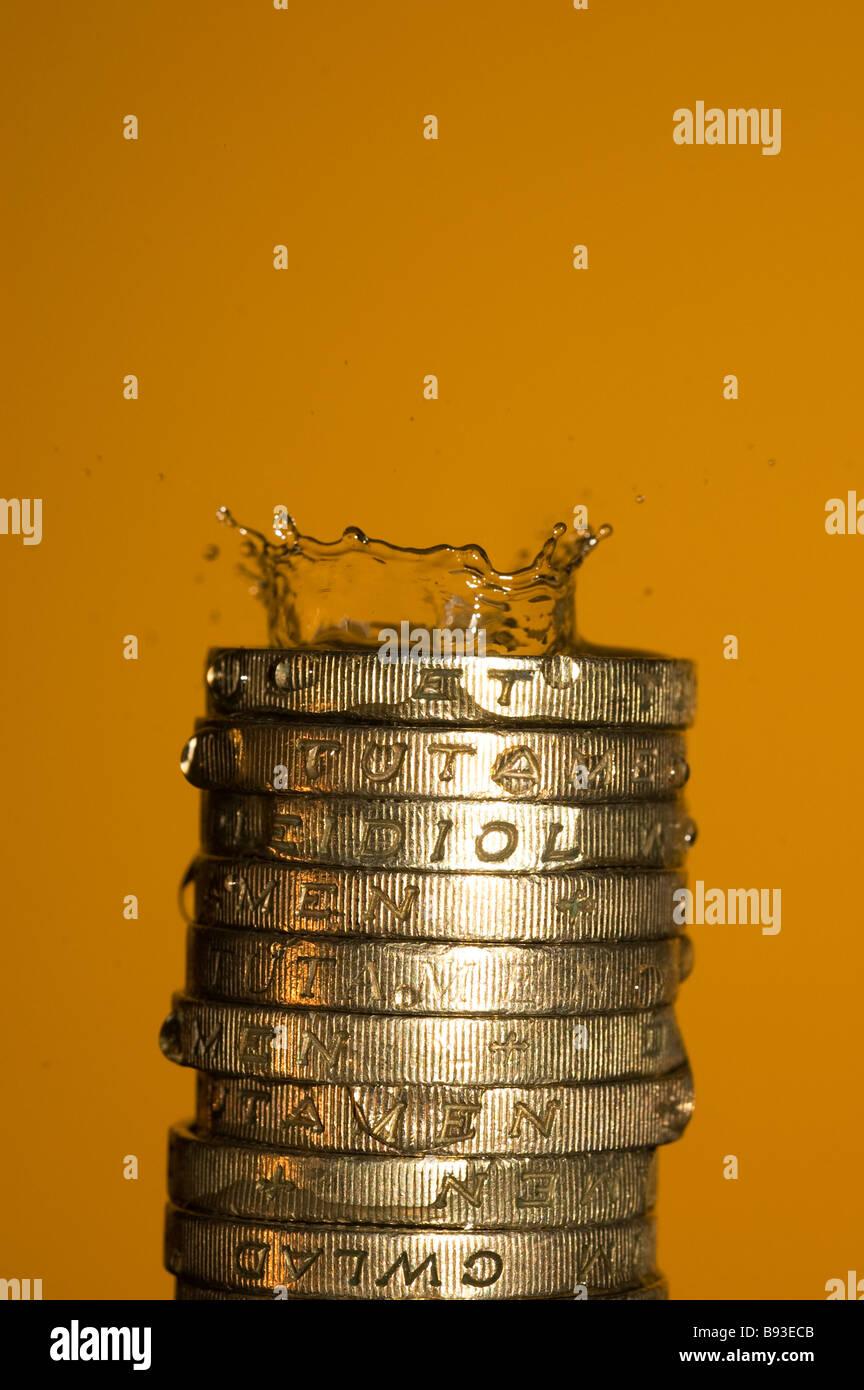 Ein Wassertropfen Auf Münzen Spritzt Stockfoto Bild 22819451 Alamy