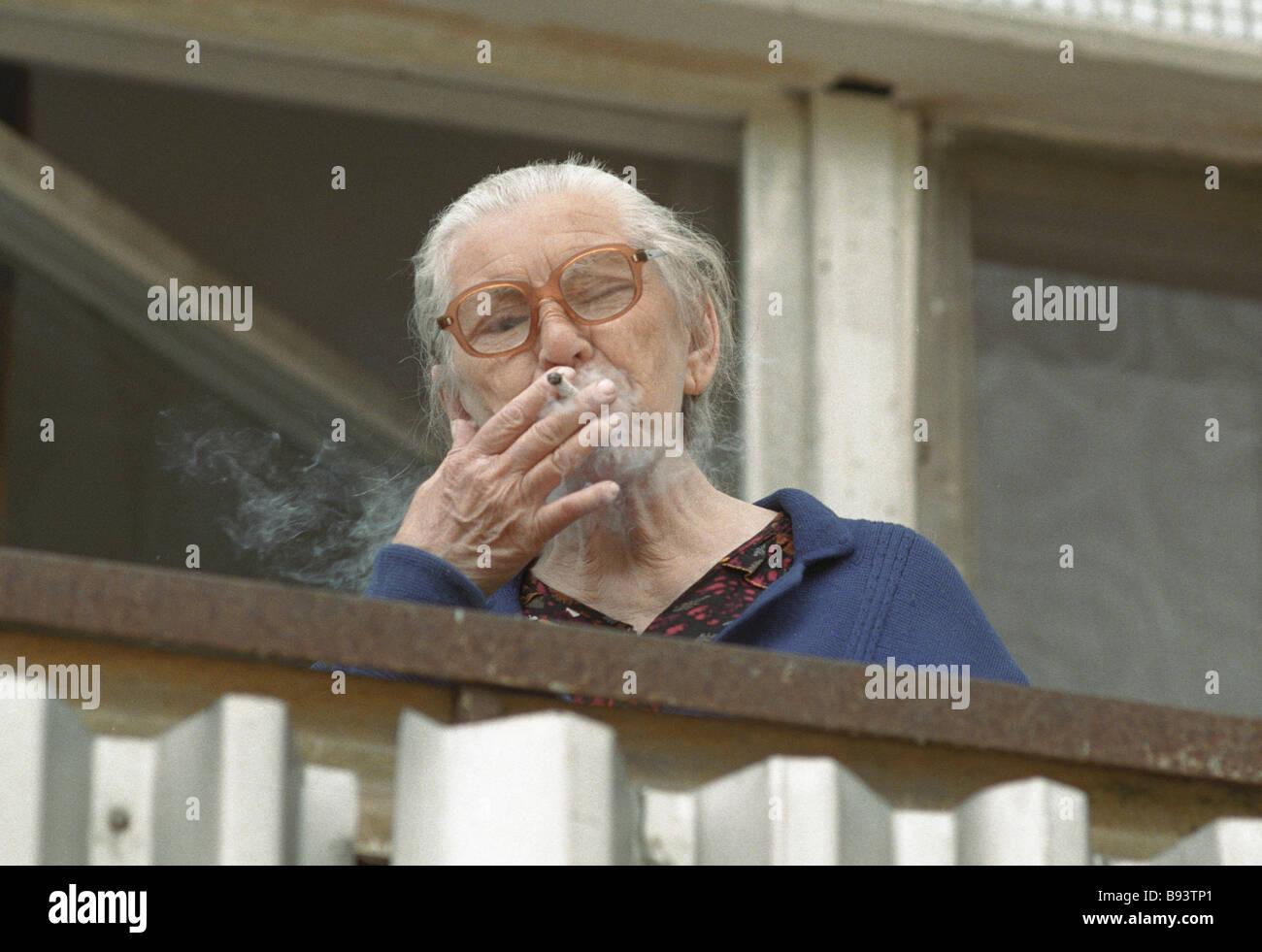 smoking balcony stockfotos smoking balcony bilder alamy. Black Bedroom Furniture Sets. Home Design Ideas
