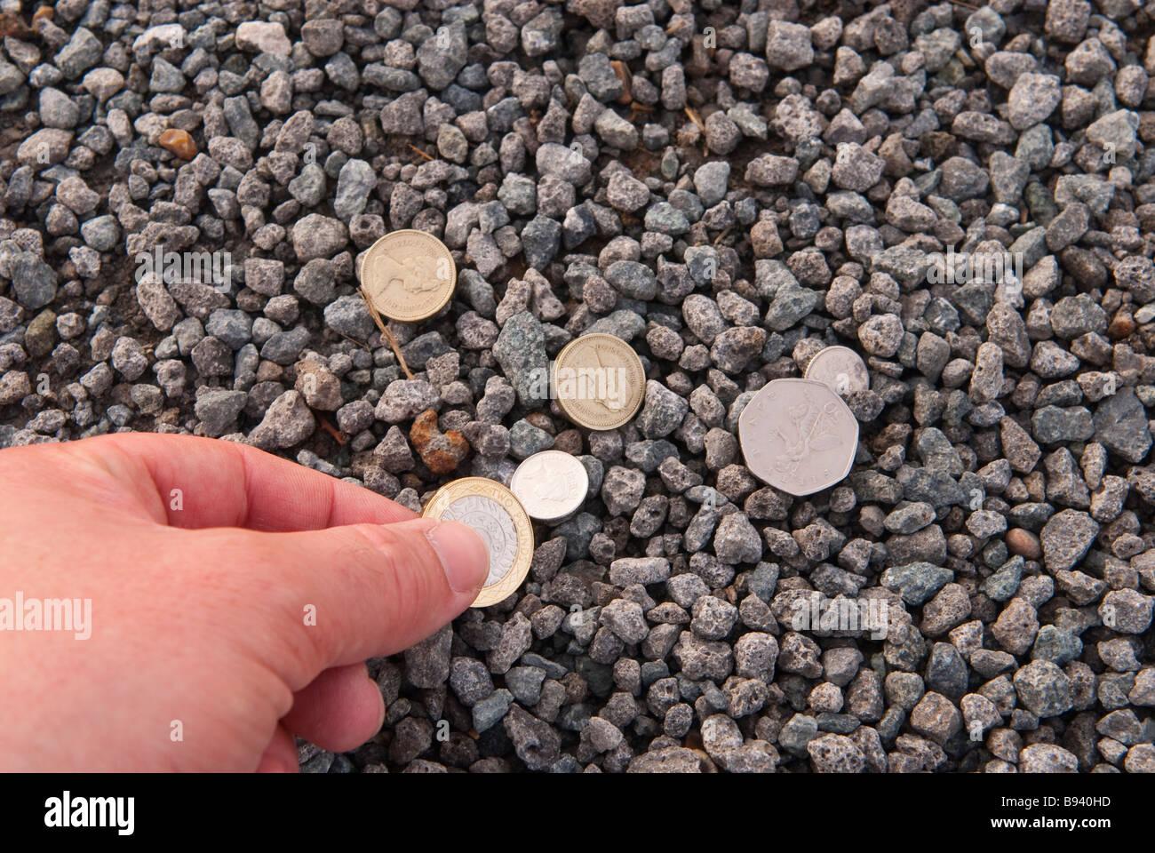 Fußboden Mit Münzen ~ Person abholen einige verloren geld münzen vom boden stockfoto bild