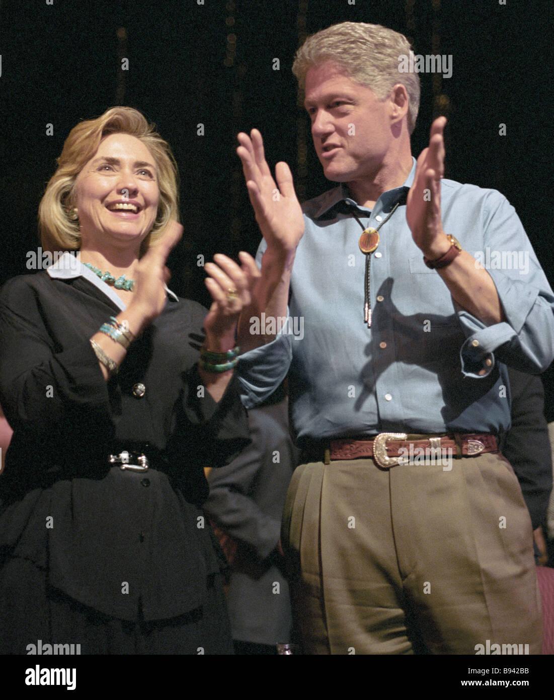 US-Präsident Bill Clinton mit seiner Frau Hillary Clinton verließ besuchen Konzert-Show für die G8 Stockbild