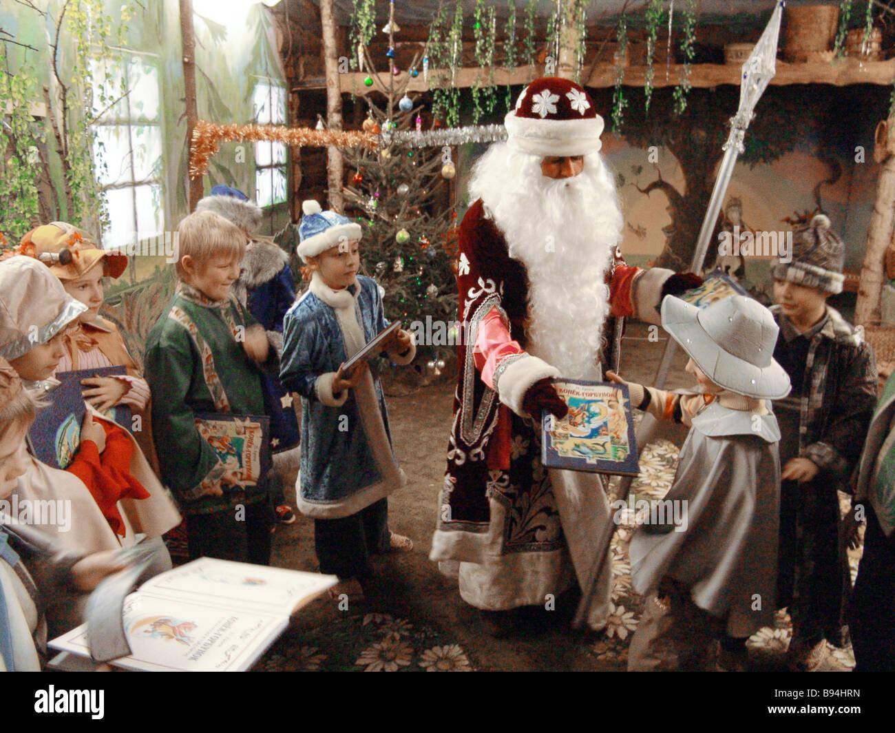 Väterchen Frost wünscht, dass Kinder ein frohes neues Jahr an das ...