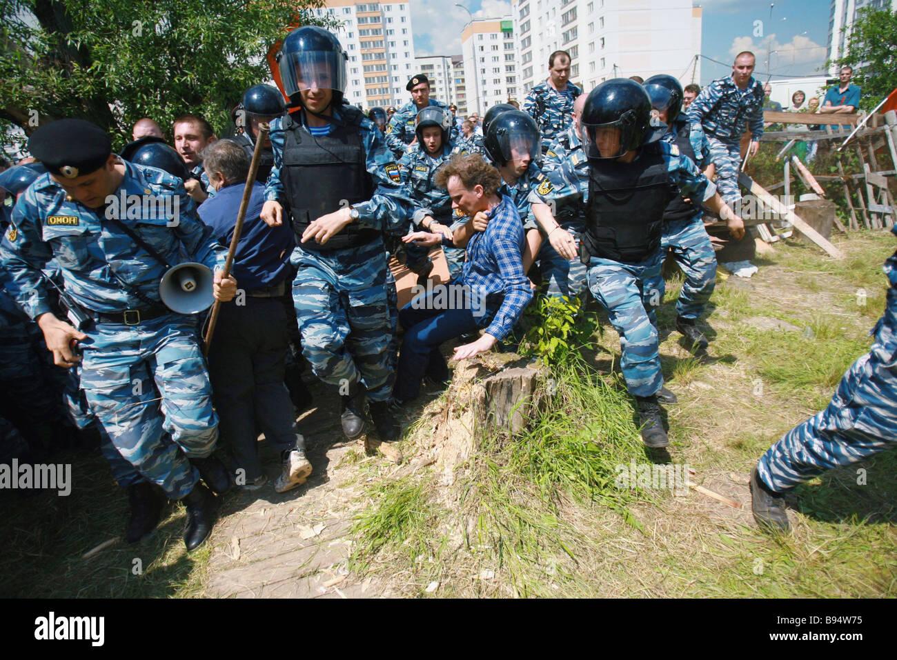 Bereitschaftspolizei exmittiert gewaltsam eine Familie von seiner privaten Haus in Butovo einer Nachbarschaft in Stockbild