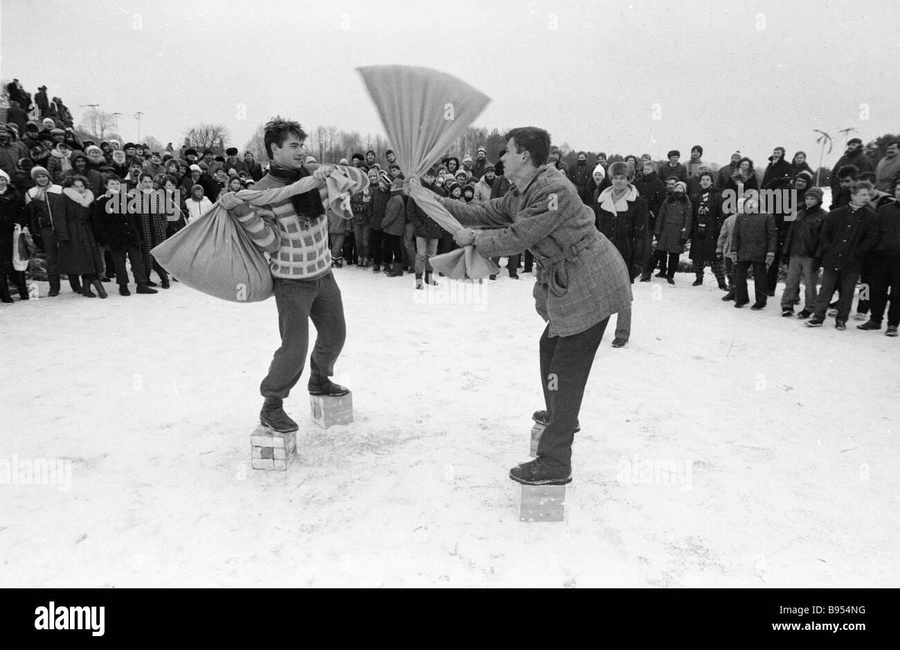 Ein Comic-Sack Fechten Wettbewerb bei Uzgavenes Escort der litauischen Volksfest Winter Stockbild