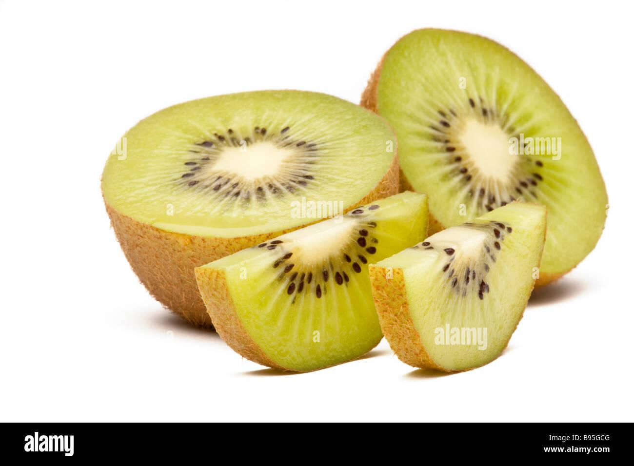 Grüne Kiwi oder Kiwi halbiert und in Scheiben geschnitten Stockbild
