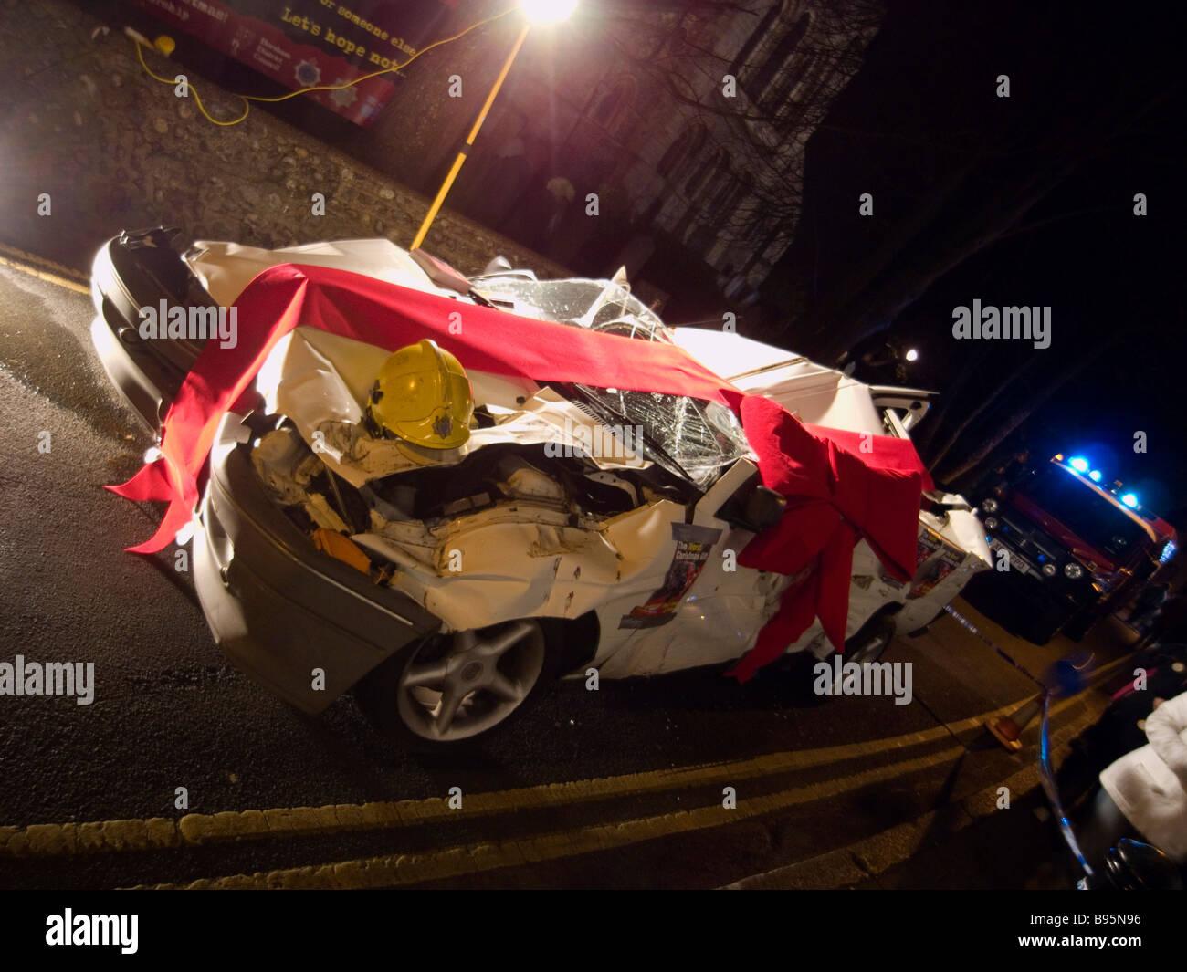 Verkehr, Straße, Autos, beschädigten Auto verpackt in roter Schleife ...