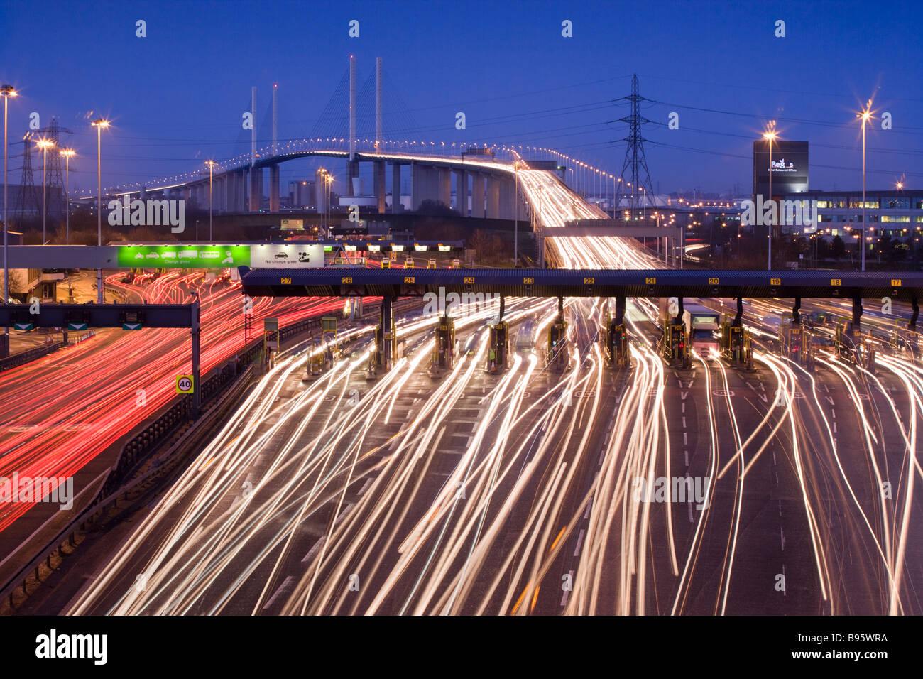Verkehr in der Nacht auf der Durchreise Mautstationen. Queen Elizabeth II Bridge und Dartford Tunnel, Kent, UK Stockbild