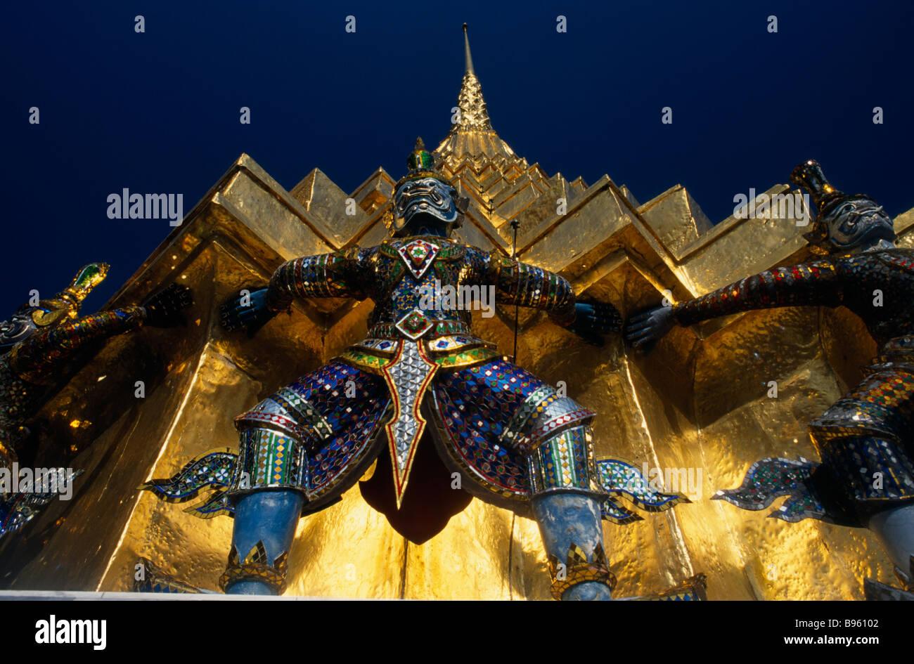 THAILAND Südostasien Bangkok Grand Palace Dämon Statue am Fuße der Golden spire oder prang. Stockbild
