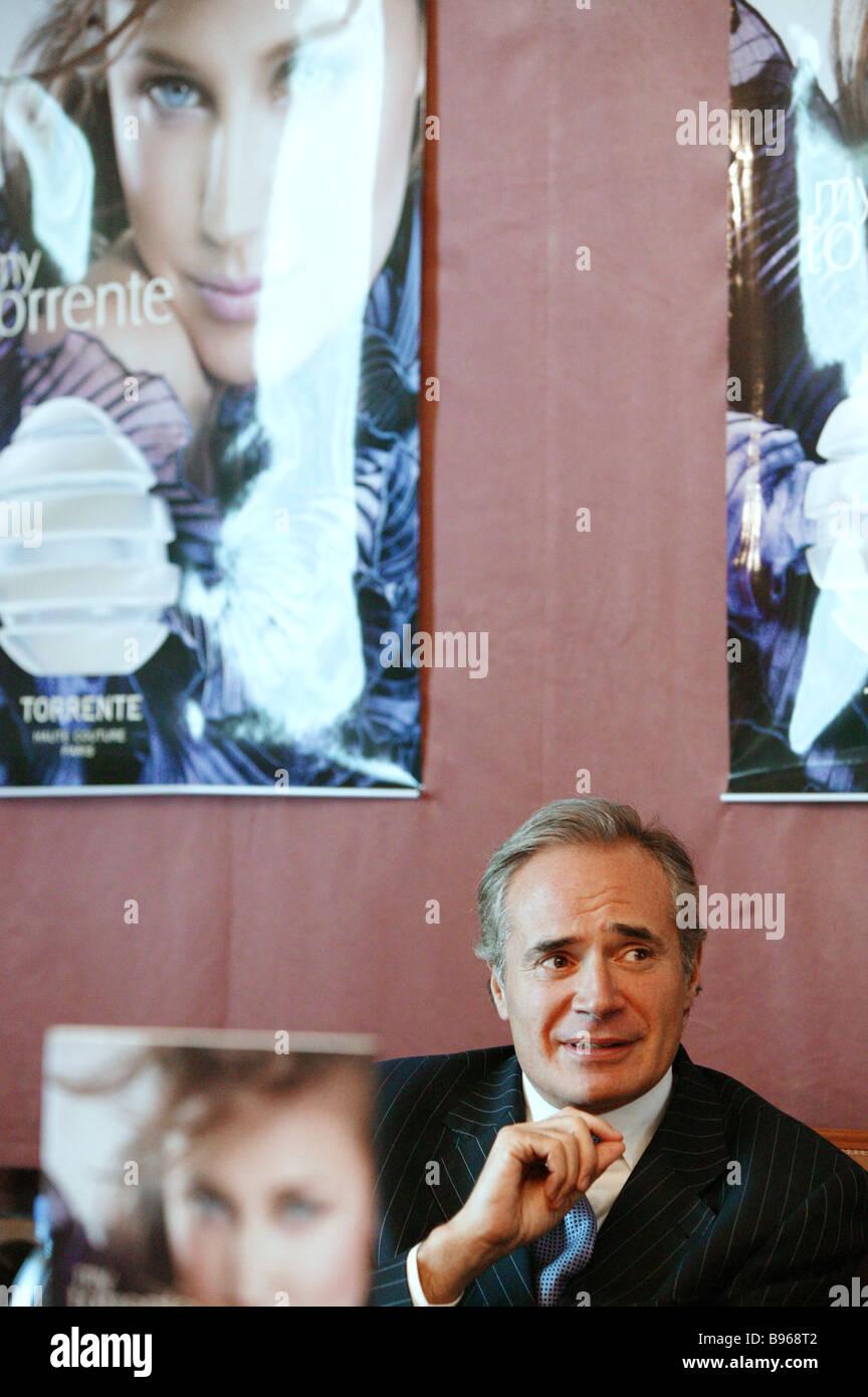 Richard Enert Perfumer s WorkShop Int l Präsident befasst sich mit eine Pressekonferenz um My Torrente neueste Stockbild