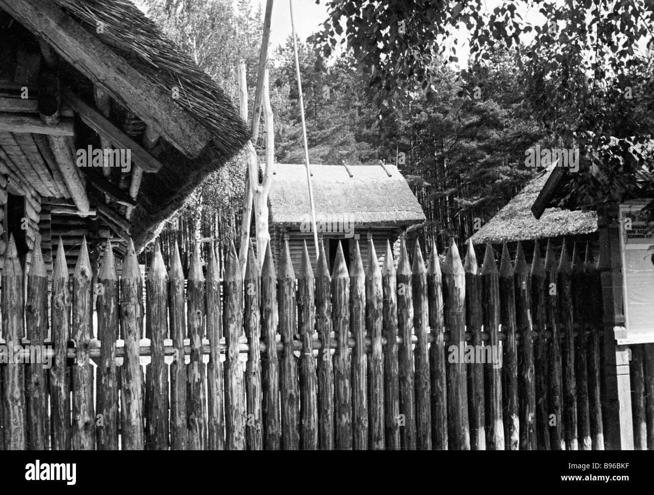 Ein Bauer Gehöft an den Staat Ethnographie Museum erhalten am Ufer Jugla Sees Lettland Stockbild