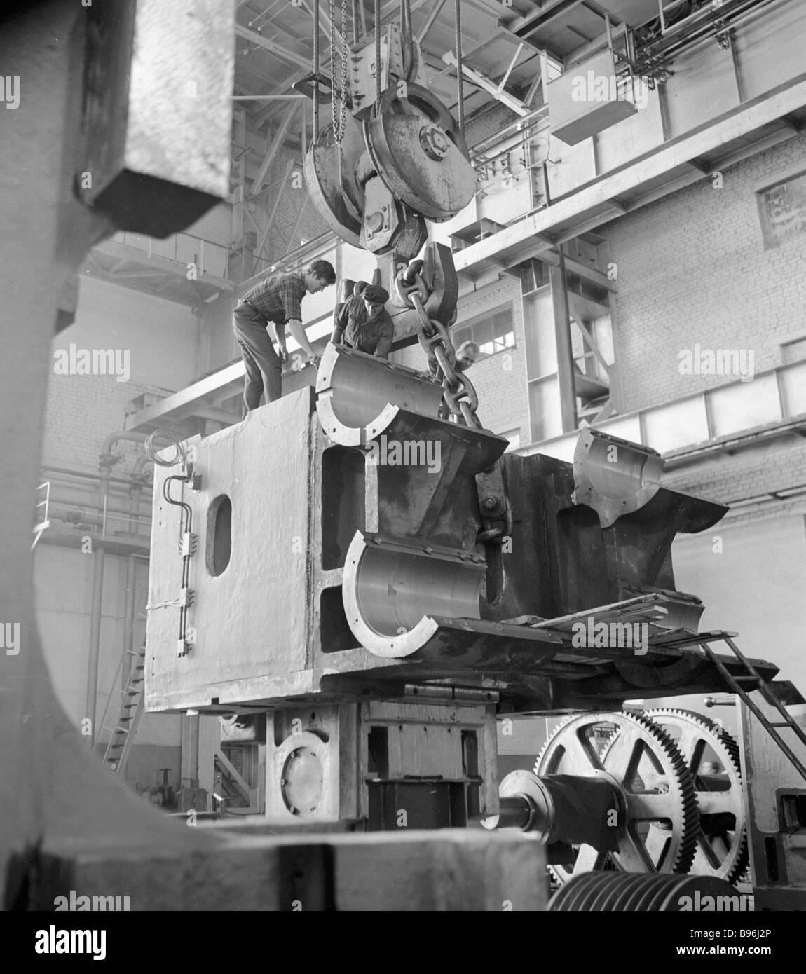 Arbeiter montieren einzigartig leistungsfähige mechanische Presse in Voronezh schwere mechanische Pressen Werk Stockbild