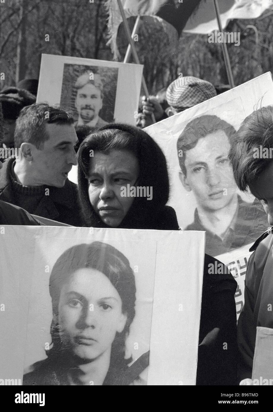 Moskauer tragen Porträts von ihren Verwandten auf den Gedenktag an die Opfer von Oktober 1993 Stockbild