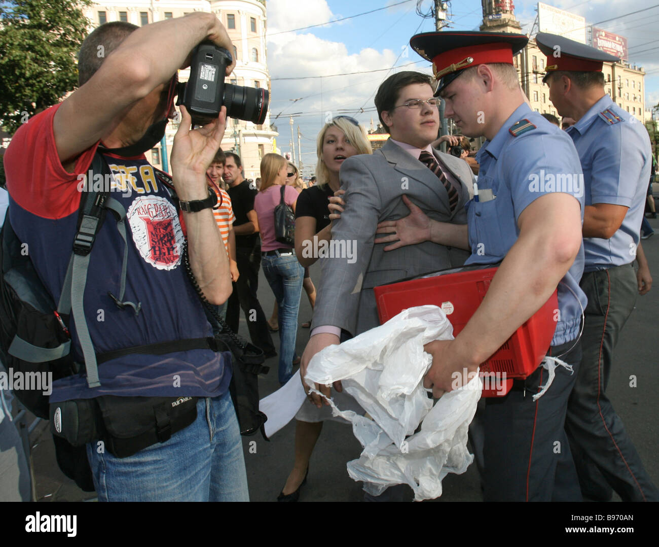 Polizei zu konfrontieren, Streikposten in einer öffentlichen Aktion der populären demokratischen Youth Stockbild
