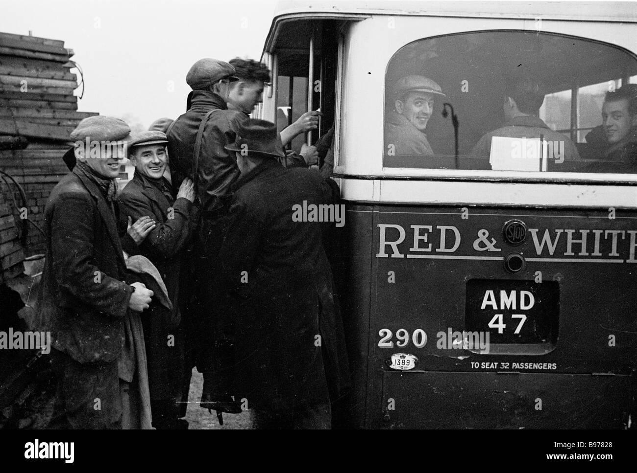 Gruppe von Arbeitern aus der Papierfabrik in Trehafod, South Wales immer auf einen Bus nach Abschluss eine Tagschicht, Stockbild