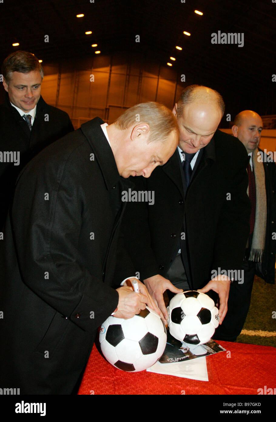 Präsident Vladimir Putin Zentrum signierte Fußbälle während Inspektion ein Kinder s Gesundheit Stockbild