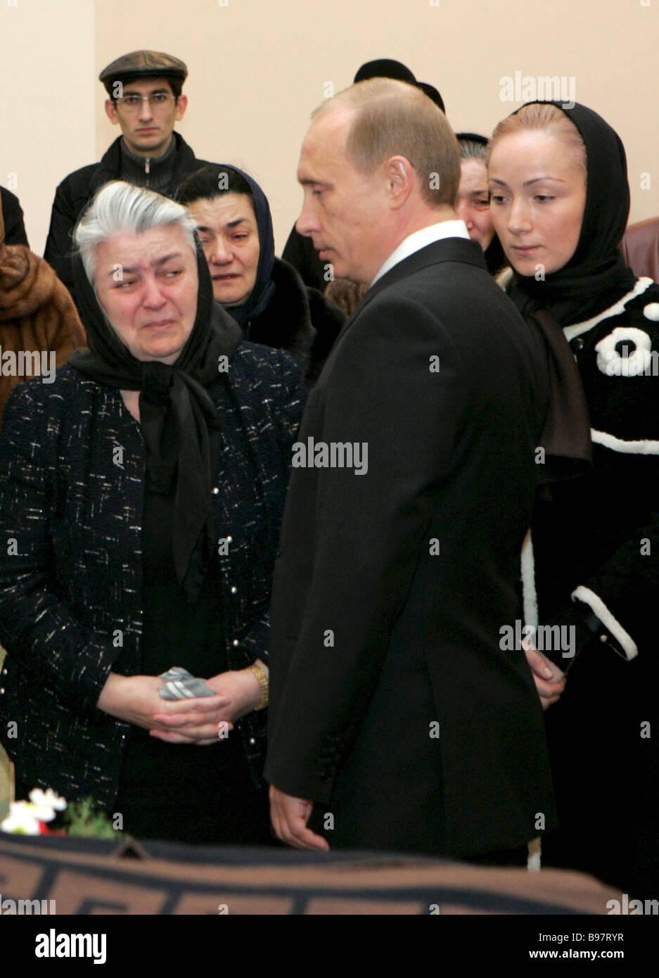 Präsident Vladimir Putin seine letzte Hommage an ex-Präsident von Kabardino Balkarien Valeri Kokov auf Stockbild