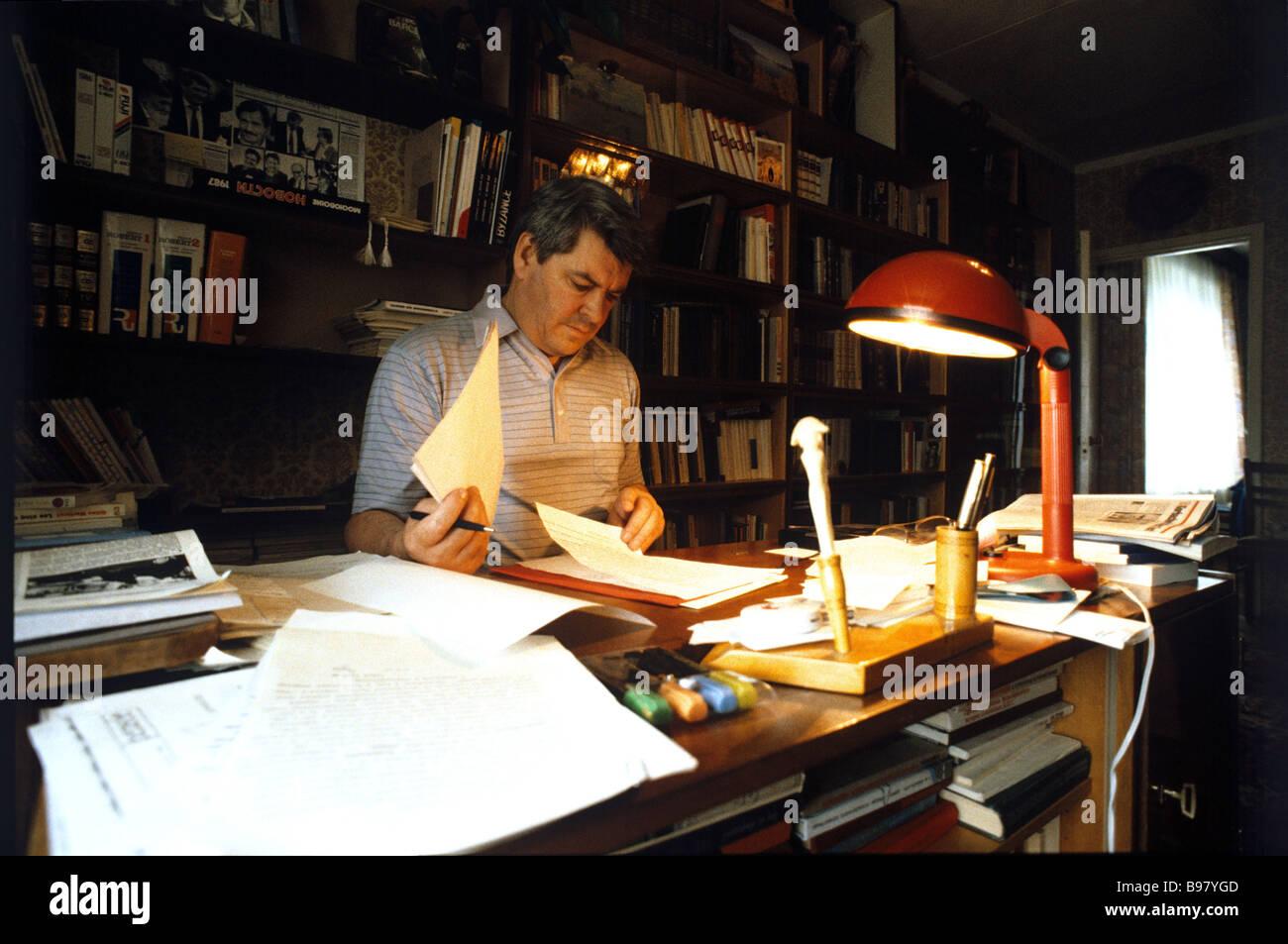 Rektor der Moskauer staatlichen historischen und archivalischen Institut Juri Afanasjew in seinem Arbeitszimmer Stockbild