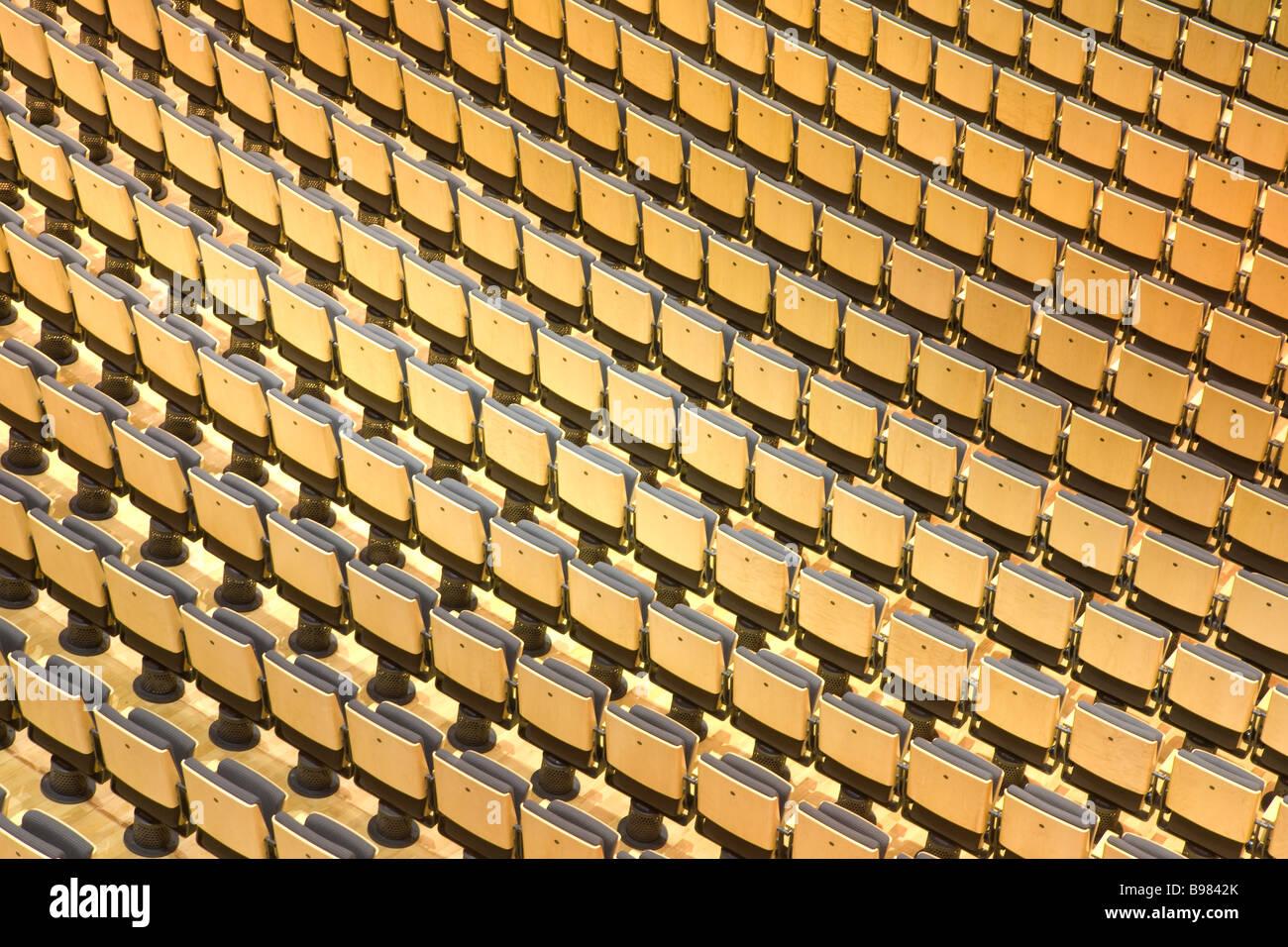 Sitzplätze in einer Halle in The Sage Gateshead, Fosters atemberaubende Musikzentrum am Ufer des Flusses Tyne. Stockbild