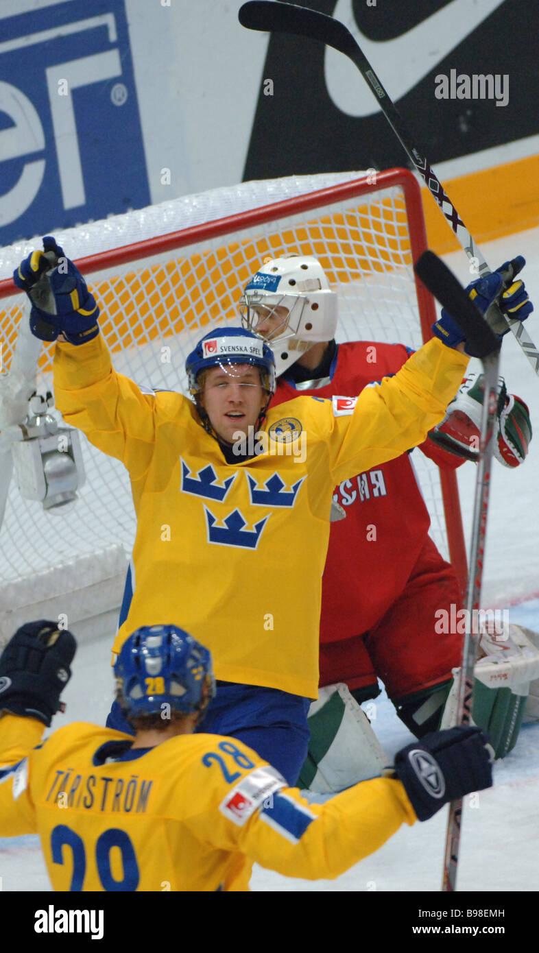 Russischen und schwedischen select Teams konfrontiert miteinander, während das Finale der Eishockey WM s Gruppe Stockbild