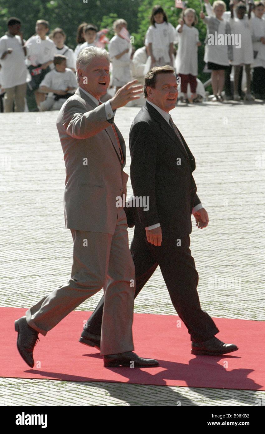 U S Präsident Bill Clinton verließ und Bundeskanzler Gerhard Schroeder direkt am G8-Gipfel Stockbild